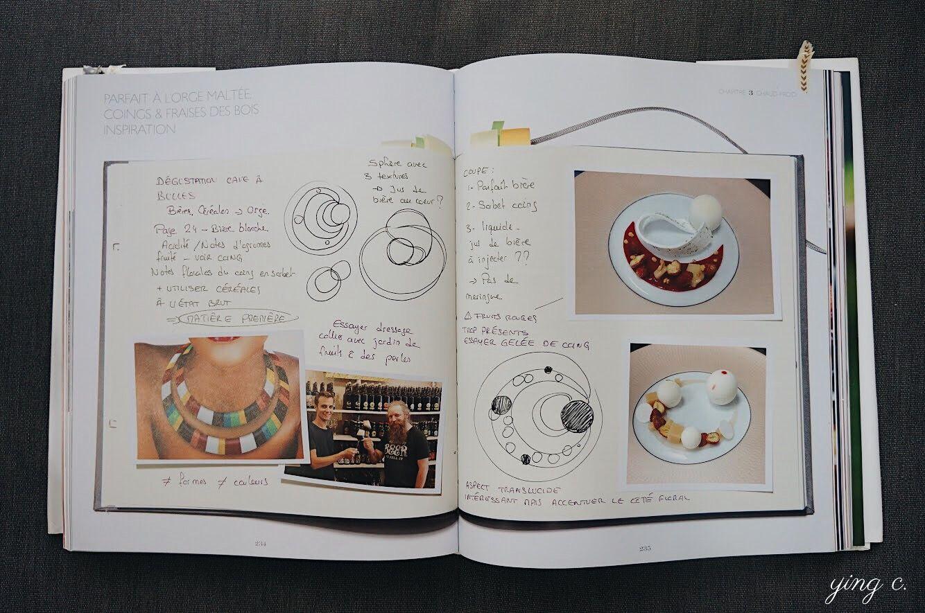 圖3. 知名甜點主廚  Claire Heitzler (註2)在 2015 年 10 月出版的食譜書《 Claire Heitzler Pâtissière 》內分享許多她招牌甜點的設計圖。從這些設計圖可以清楚看到一個盤式甜點發想的過程,是將甜點結構、呈現方式與盤子選擇一起考慮的。譬如她在筆記中註明要嘗試將多種水果像串珠項鍊般擺盤、並推敲了幾種不同的呈現手法。最後的成品請見下圖。(攝影:Ying C.)
