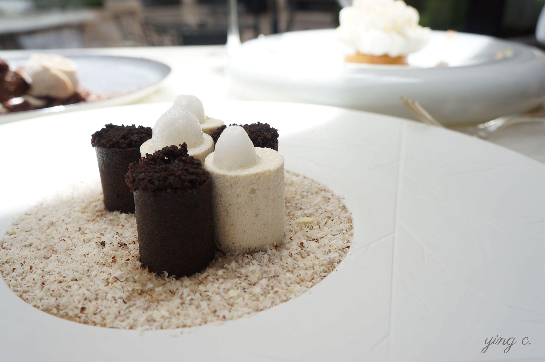 圖5. 巴黎喬治五世四季酒店( Four Seasons Hotel George V )內的一星餐廳  L'Orangerie  的一道盤式甜點,主要元素是黑米與大溪地香草,中間則藏了牛奶醬(confiture de lait)和麥芽口味的奶酪(panacotta),底下則是削成薄片的杏仁。細緻的質地以及特殊的呈現方式只有在盤式甜點上才能實現。(攝影:Ying C.)