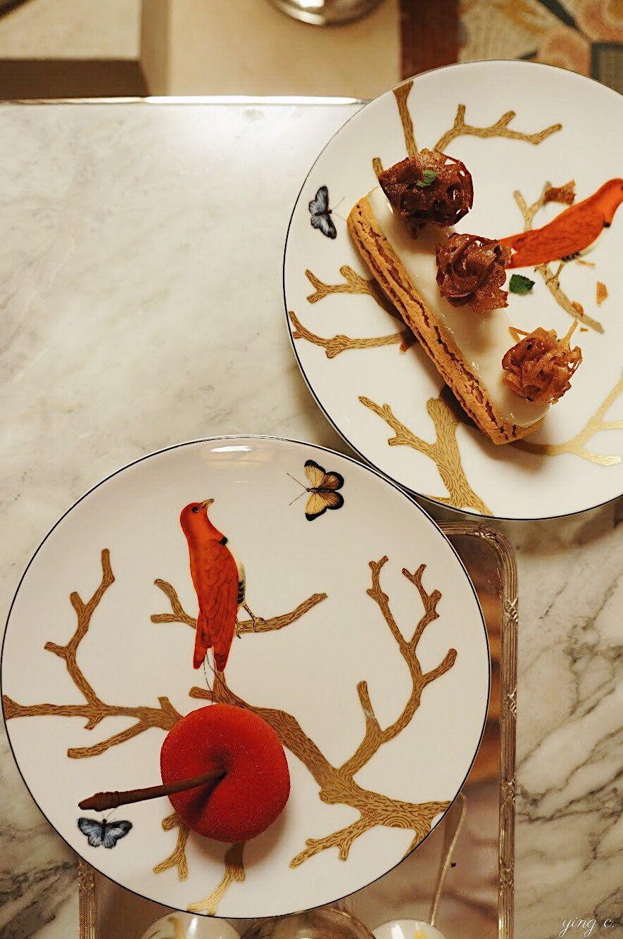圖7. 巴黎  Le Meurice  飯店達利廳( Restaurant Le Dali )的下午茶甜點,是將知名甜點主廚  Cédric Grolet  的創作直接呈盤 。這組盤子是 2014 年底為達利廳特地訂製的,雖然並未額外在甜點以外另做裝飾,但仍然可以發現擺放的位置是經過思考、配合盤子本身的圖樣設計而成。(攝影:Ying C.)