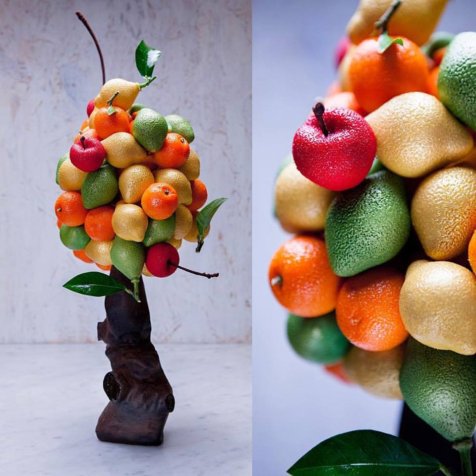 名副其實的水果雕塑,上面的每一個水果都是精雕細琢的甜點。 Photo|Cédric Grolet, Facebook