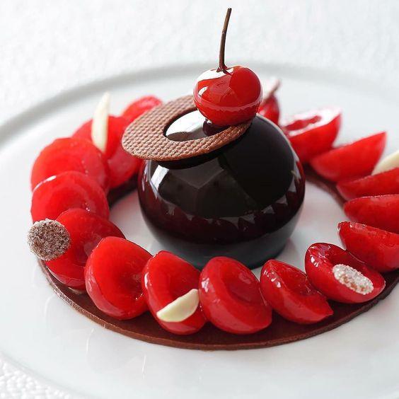 Claire Heitzler 的另一知名甜點:「香料糖煮櫻桃、輕盈巧克力慕斯」 (Cerises pochées aux épices mousse légère au chocolat)。 Photo|《 Claire Heitzler Pâtissière 》by Claire Heitzler