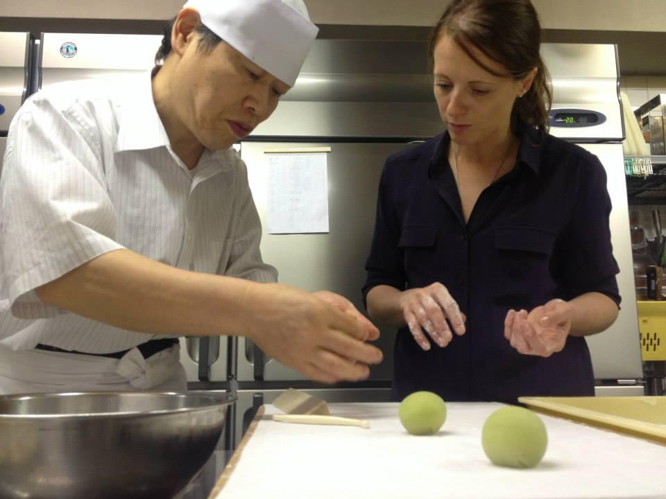 在東京學習和菓子的 Claire Heitzler。 Photo| Claire Heitzler ,Facebook
