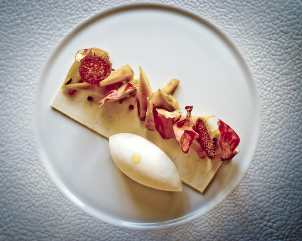 Séquence Sucrée 主菜之一:「煙燻鹹巧克力脆片」 (feuillantine au chocolat salée-fumée) Photo| L'Express Styles