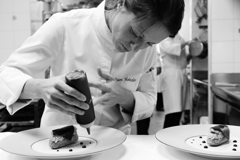 對待工作嚴肅認真的 Claire Heitzler,在 Lasserre 準備出餐。 Photo| L'Express Styles
