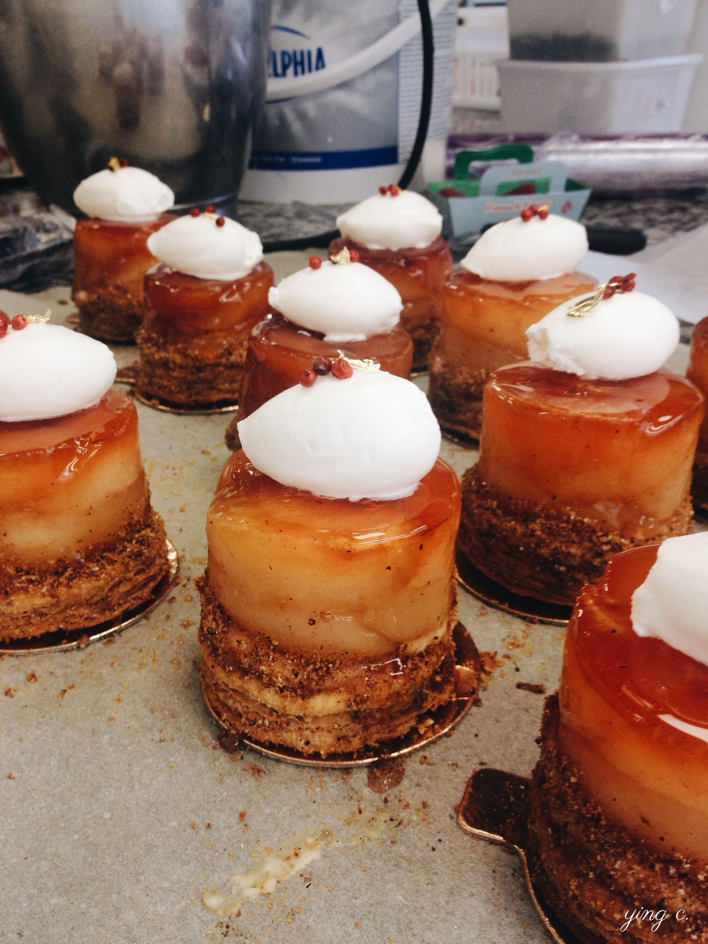 巴黎甜點店  Bread & Roses  的「Tarte Tatin」反轉蘋果塔,以馬斯卡彭香緹鮮奶油和粉紅胡椒裝飾。 Photo by Ying C.