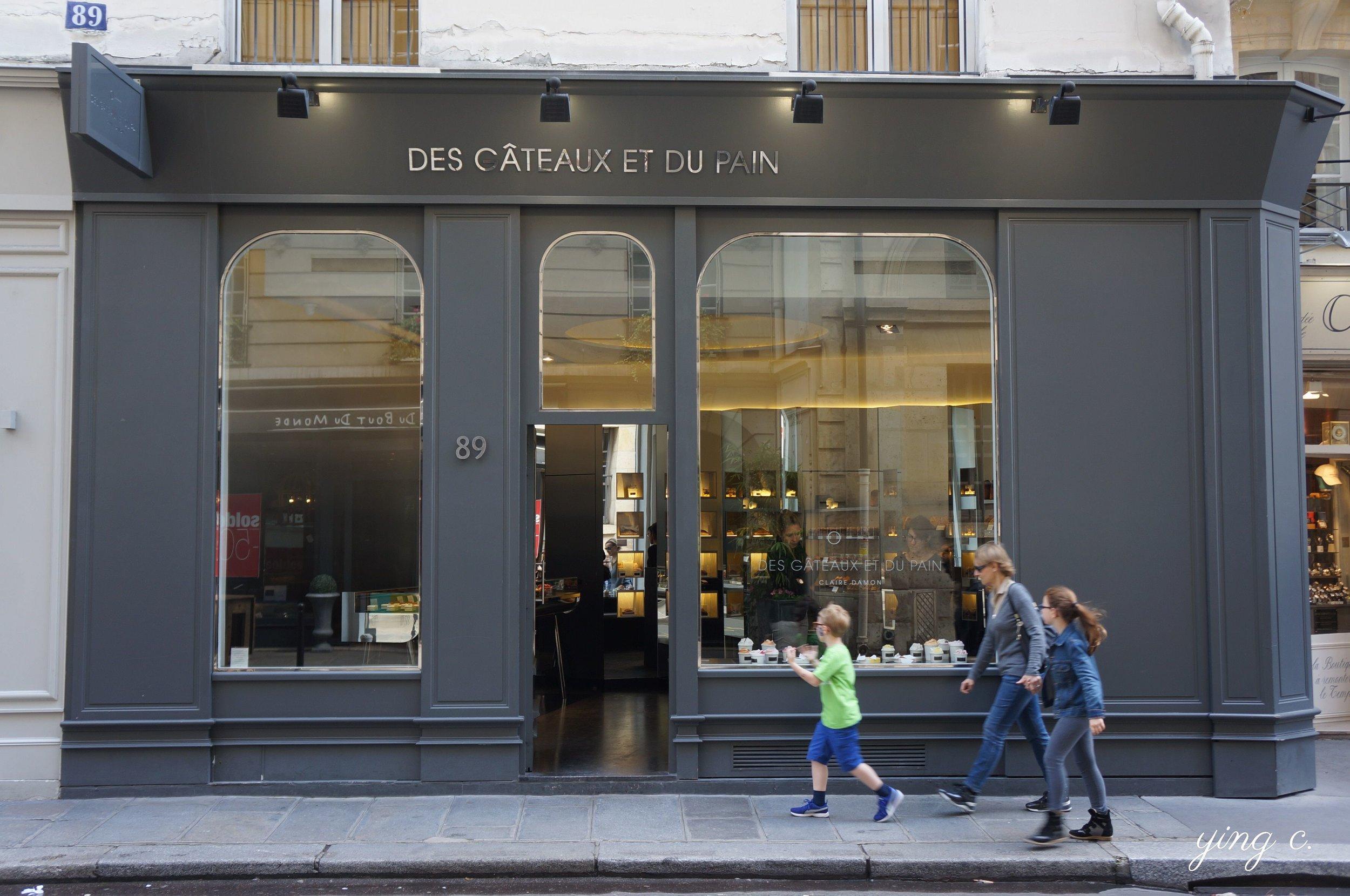 Des Gâteaux et du Pain 在 Rue du Bac 上的二店,進門左邊是甜點櫃、右邊是 麵包區,中間則是重點商品展示區。店內用了許多鏡子與折射設計,是 Claire 在 巴黎大皇宮 GrandPalais 「 Dynamo 」展覽中得到的靈感。 Photo by Ying C.