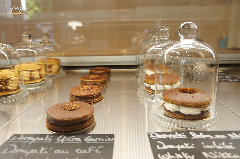 同樣是Pâtisserie TOMO 朋的甜點櫃,接下來是更大膽的Opéra Gariner歌劇院蛋糕(左)與Baba au wisky japonais日本威士忌巴巴(右)。(2017年4月)