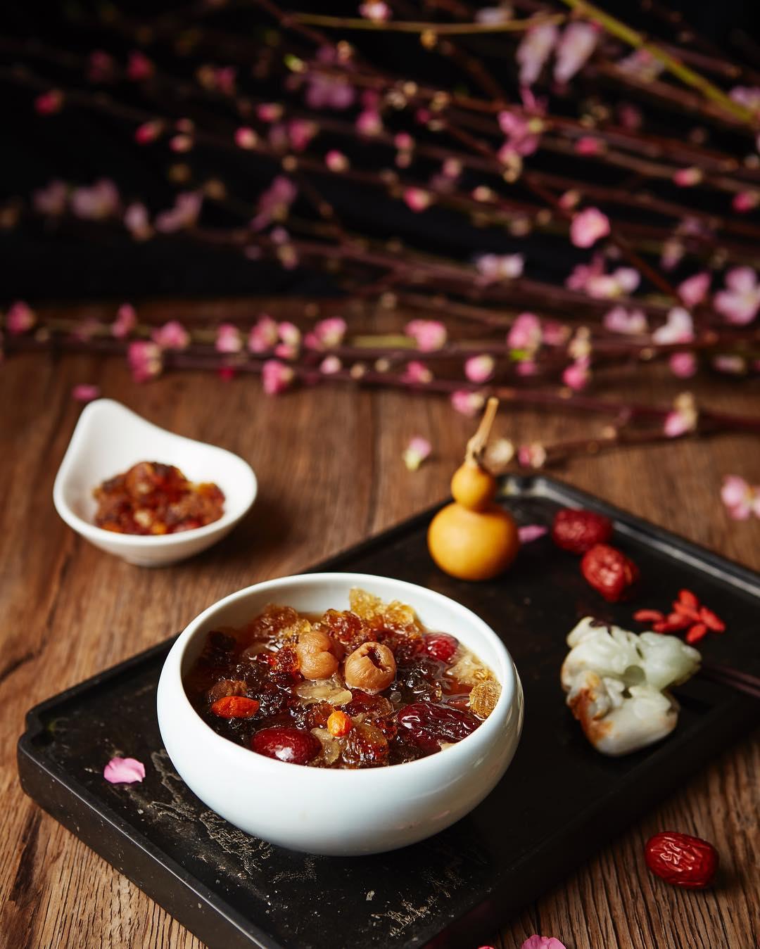 巴黎中式甜品店糖軒的著名甜品「人面桃花」,是用台灣人不熟悉的桃膠(註6)加入紅棗、枸杞、桂圓等熬成的甜湯。(圖片來源:Instagram  @txuanparis )