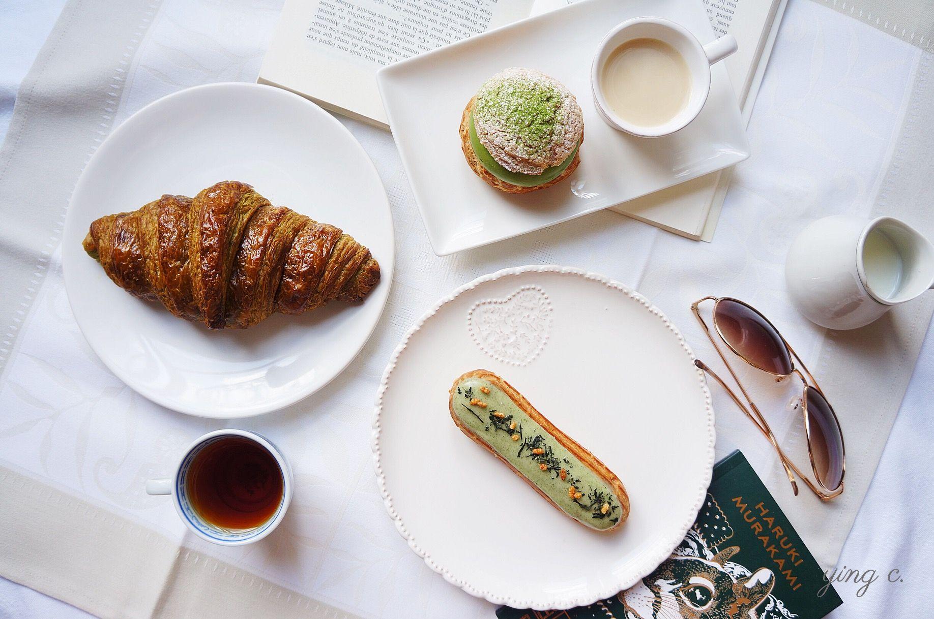 青木定治(Sadaharu AOKI) 是最早在巴黎發跡的亞洲甜點主廚,他將抹茶、玄米茶、柚子等日式甜點元素帶入法式甜點領域。圖中出現的是抹茶可頌、抹茶泡芙、玄米茶閃電泡芙。