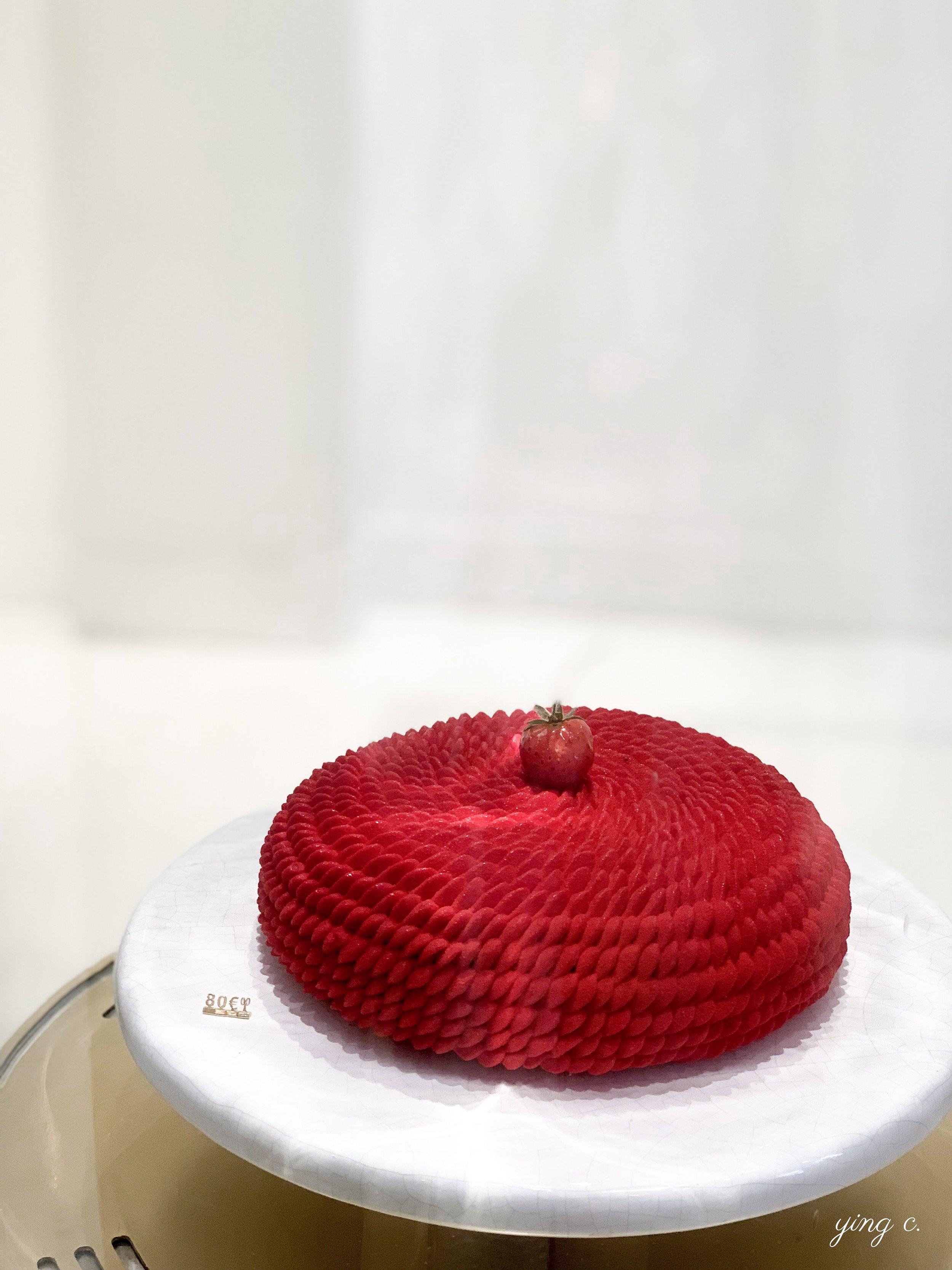 法式甜點的外型一向非常重要,近年來由於社群網站蓬勃發展,大眾對美麗的視覺呈現要求更高。圖為 Cédric Grolet 主廚今年5月推出的法式草莓蛋糕( fraisier )。