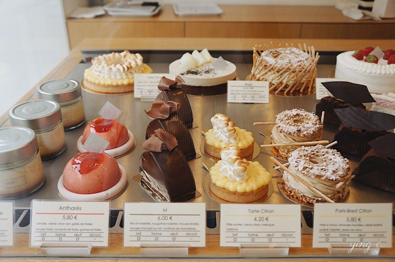 日本主廚 Morihide Yoshida(吉田守秀)在巴黎七區開的甜點店 Mori Yoshida。櫃內展示著他的作品,經典的法式甜點充滿著日式的簡約神髓。