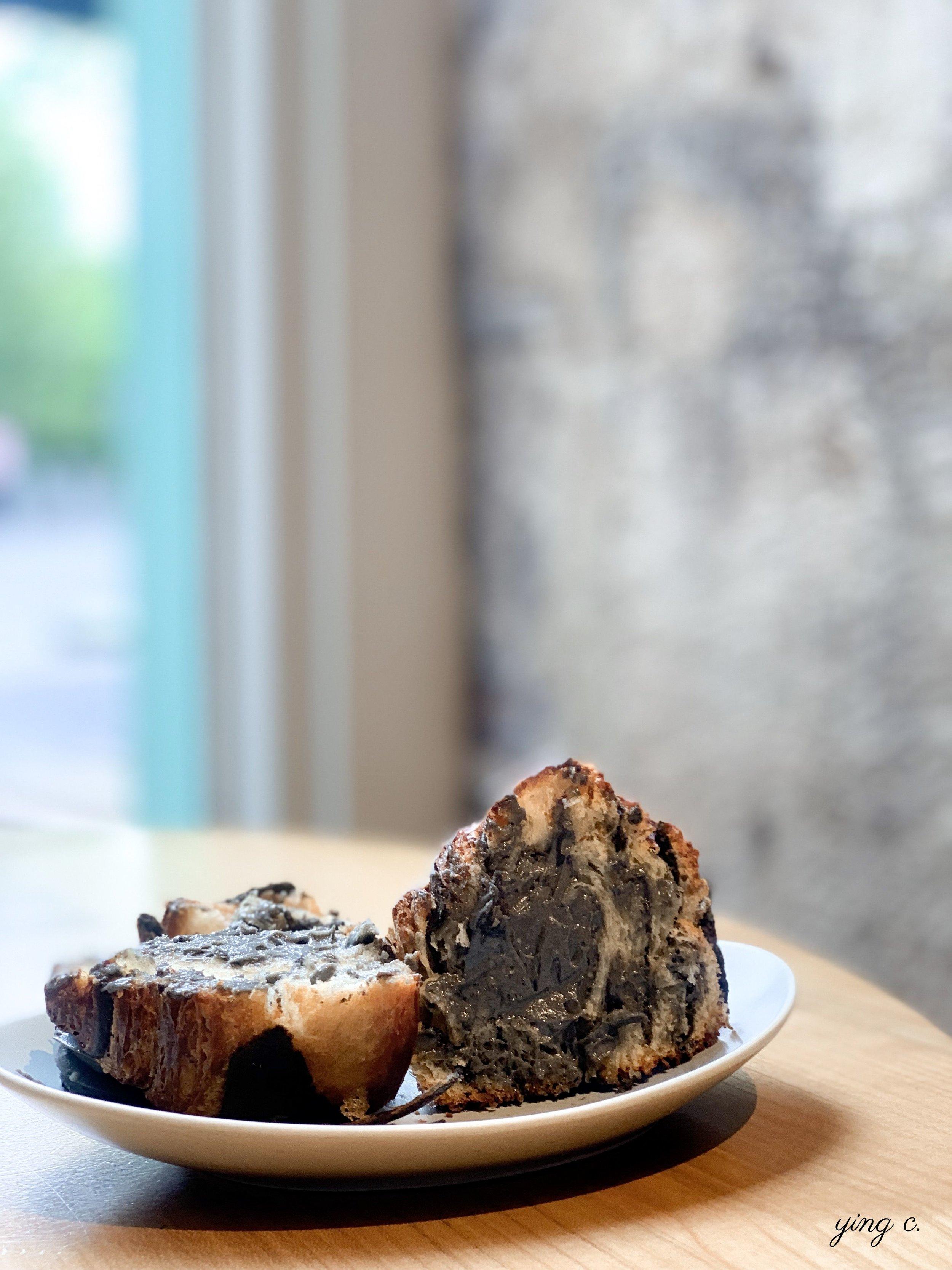 不僅中間夾了滿滿的芝麻奶餡,連千層麵包也是塗了芝麻奶餡才捲起來成型的。