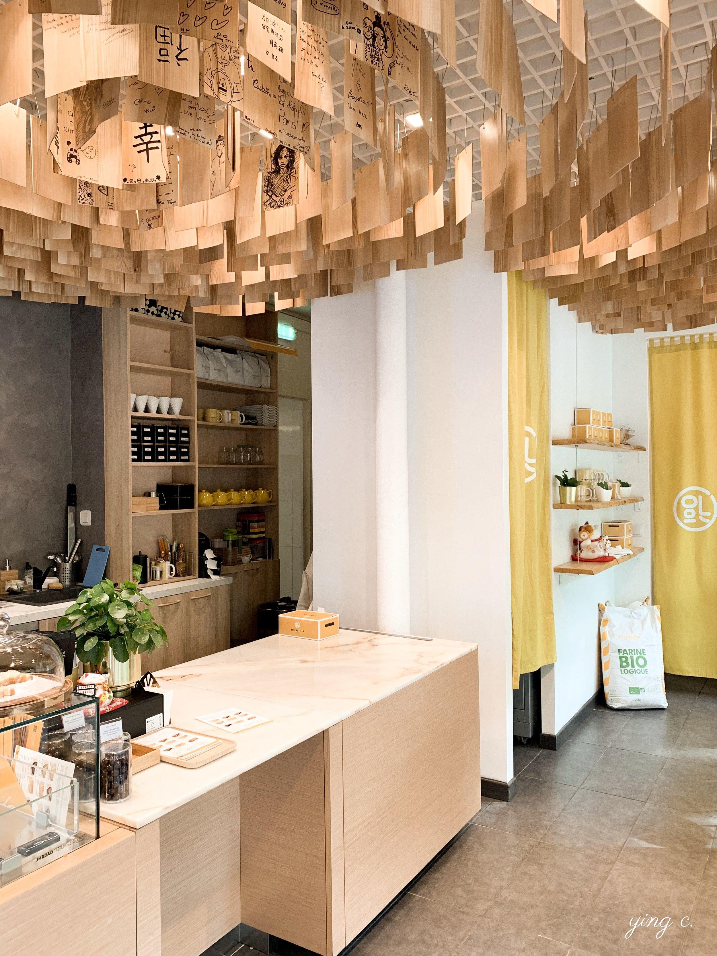 Fu Castella 以明亮的黃色為主體視覺、混合日式風格的店面。