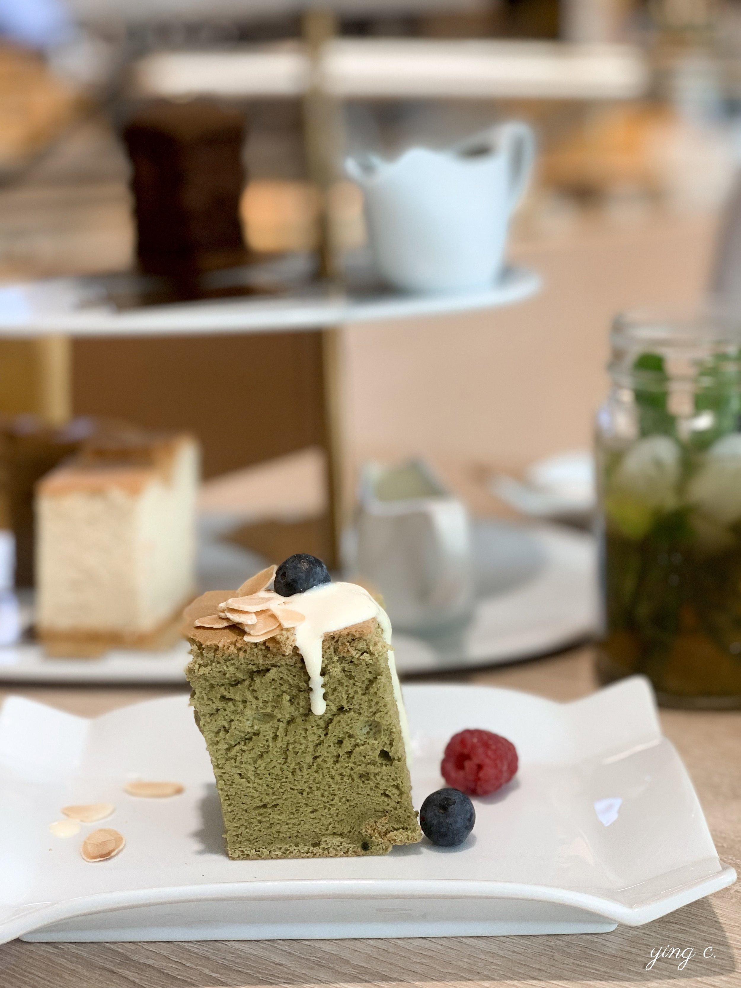 抹茶紅豆口味的蛋糕加上英式蛋奶醬(crème anglaise)與新鮮莓果和杏仁片。