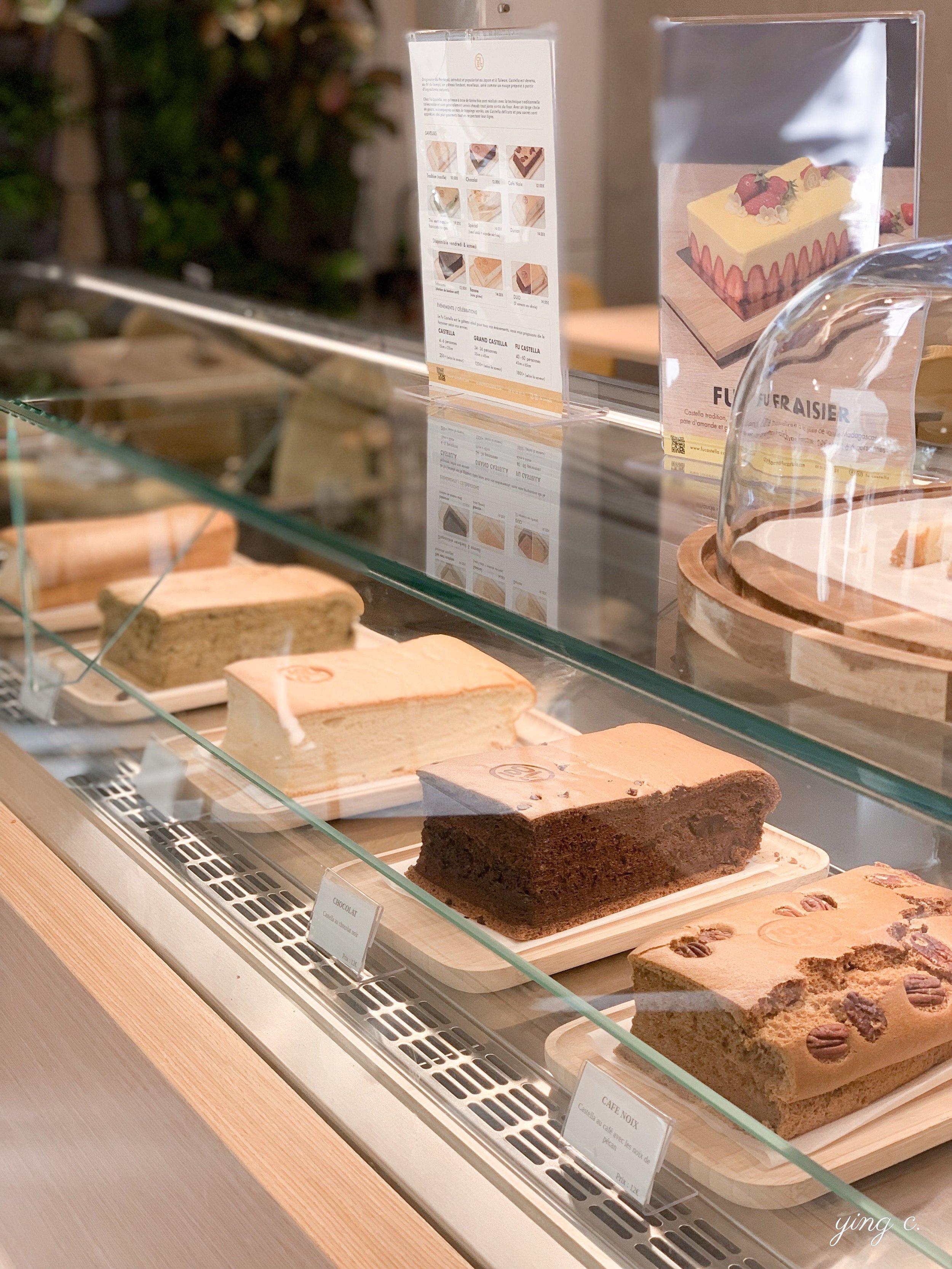 巴黎 Fu Castella 海綿蛋糕專賣店的甜點櫃,有注意到上方的海報嗎?這是用海綿蛋糕製作的法式草莓蛋糕( fraisier ),也算是亞洲與法國甜點融合的一個有趣例子了吧!