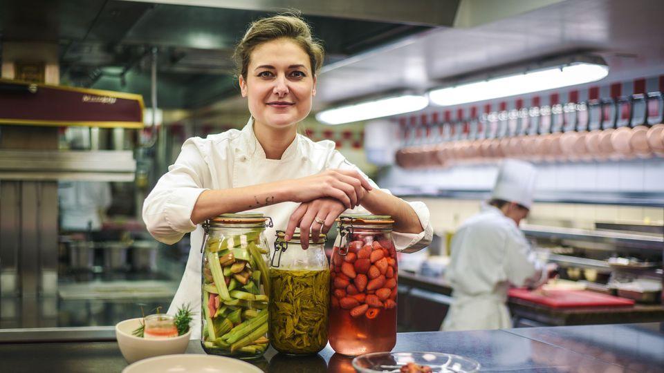 非常喜愛「醃漬」手法的 Jessica Préalpato 主廚。(照片來源:AFP.com/Lucas Barioulet)