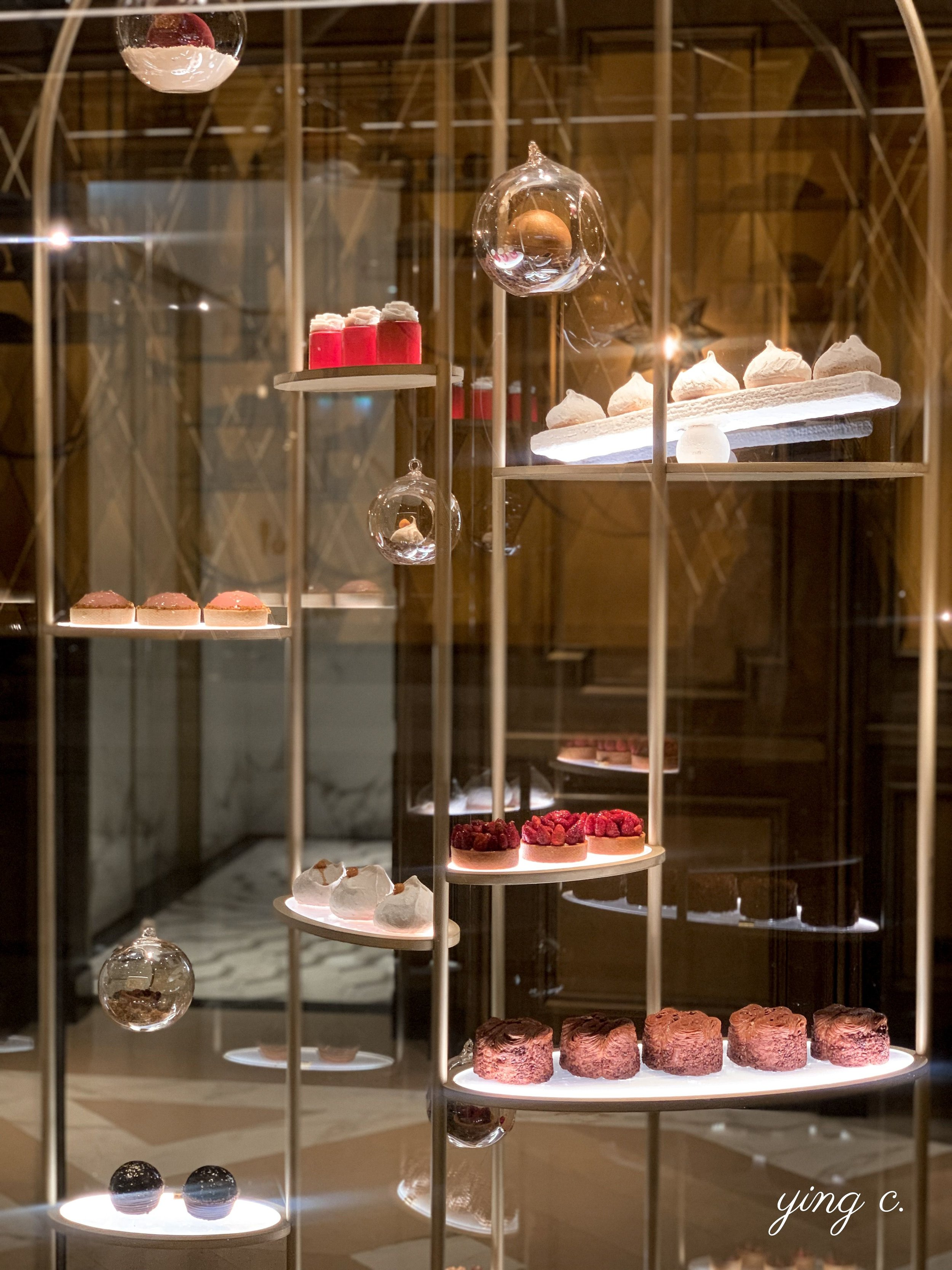 Crillon 酒店內 Le Boudoir 甜點店的櫥窗,擺滿了 Pablo Gicquel 主廚的創作。每個甜點都閃閃發光,讓人宛如身處高級珠寶店。