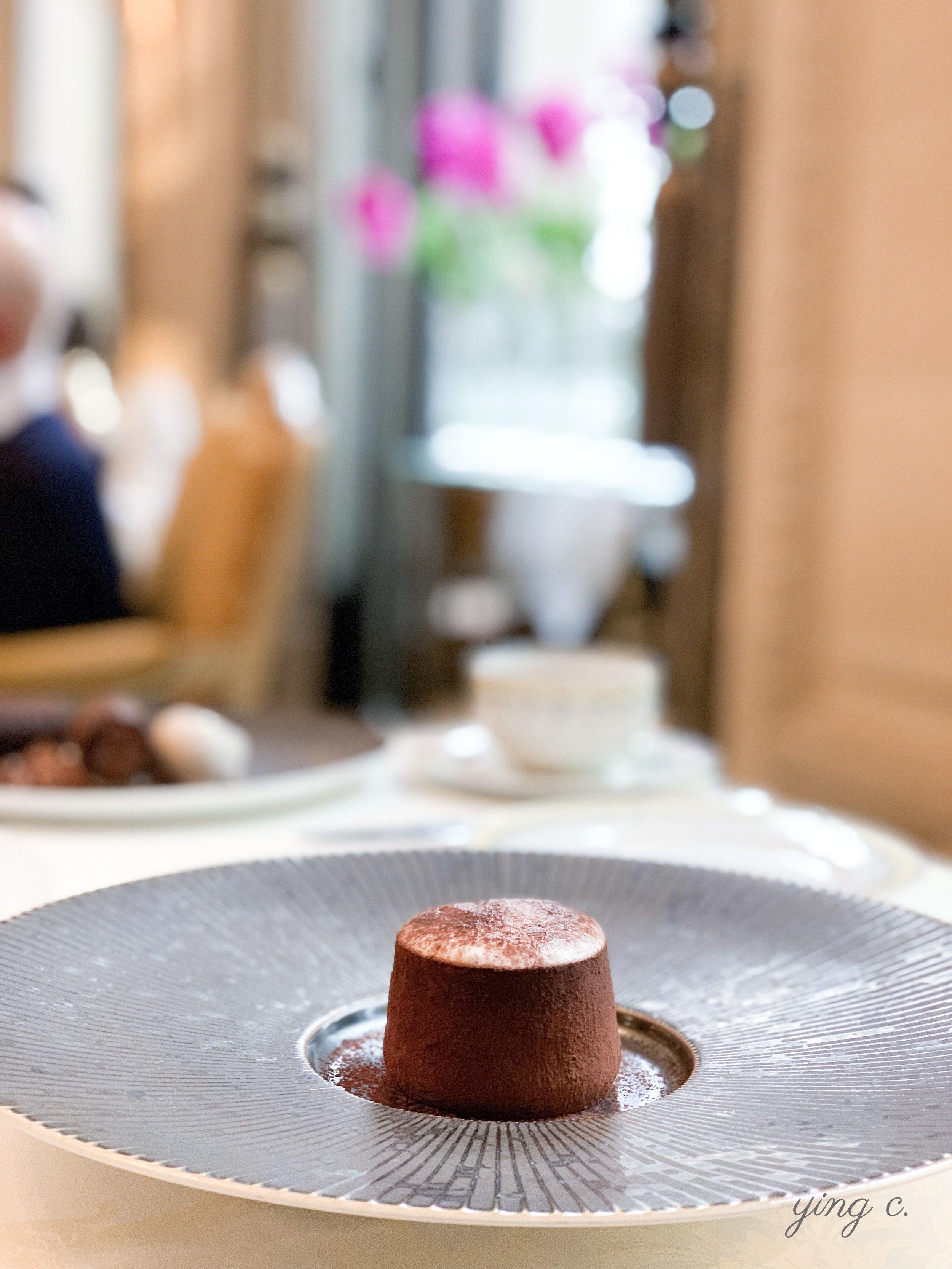 邁克斯為酒店內一星義式餐廳「喬治」(  Le George  )設計的「提拉米蘇」(Tiramisu)。外型精緻、內藏豐富。