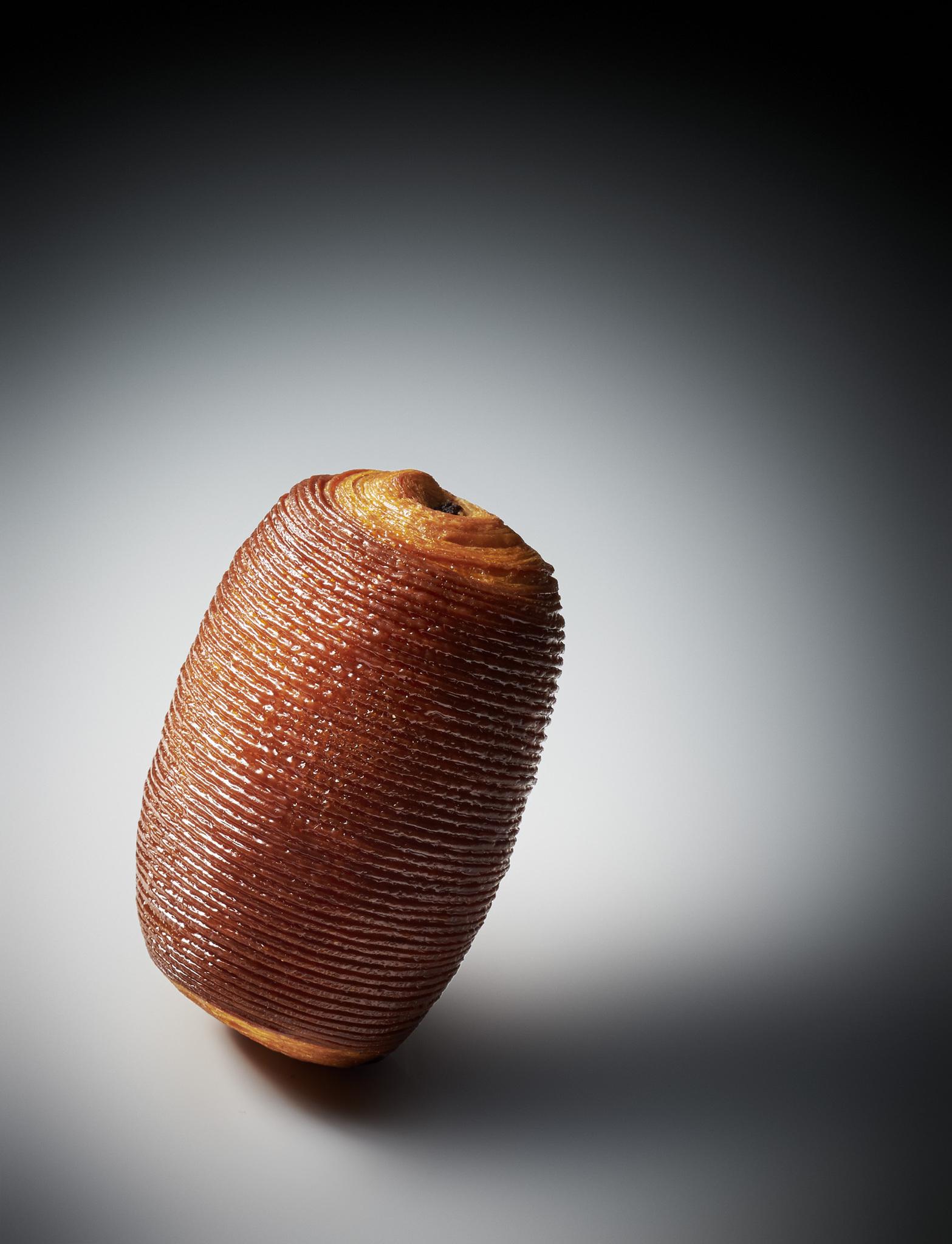 外型高貴現代的巧克力酥皮麵包。©Laurent Fau.