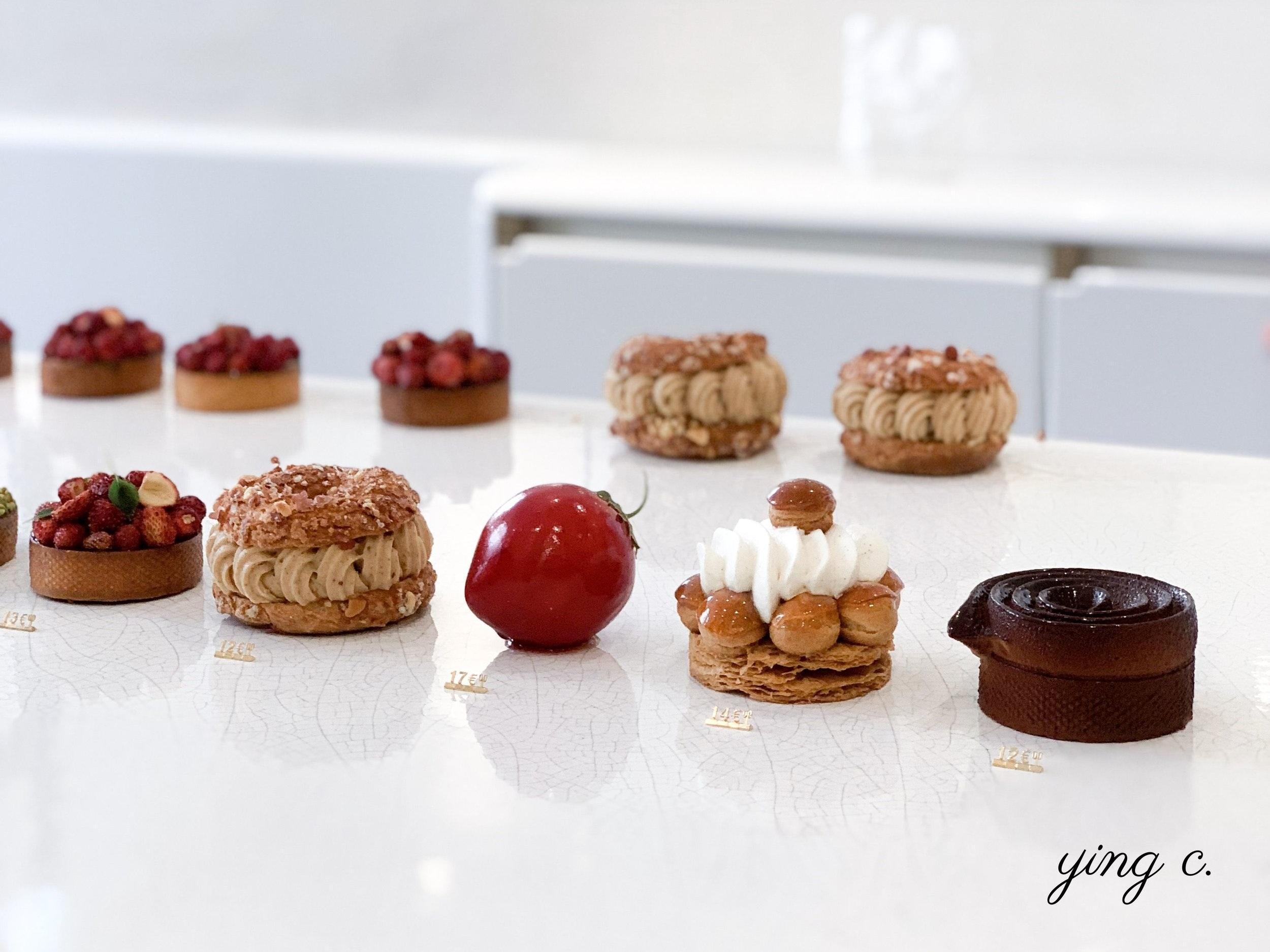 Cédric Grolet 主廚的甜點店 2019 年 5 月販賣的作品,中間是水果雕塑「草莓 2.0」。