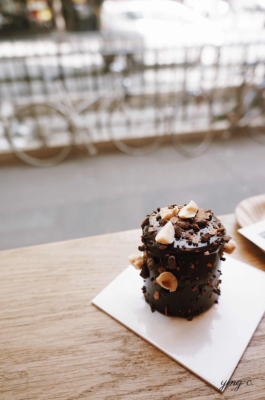 巧克力榛果蛋白霜蛋糕,蛋白糖霜、榛果泥、甘納許以巧克力殼包覆,外觀裝飾呼應內裡。