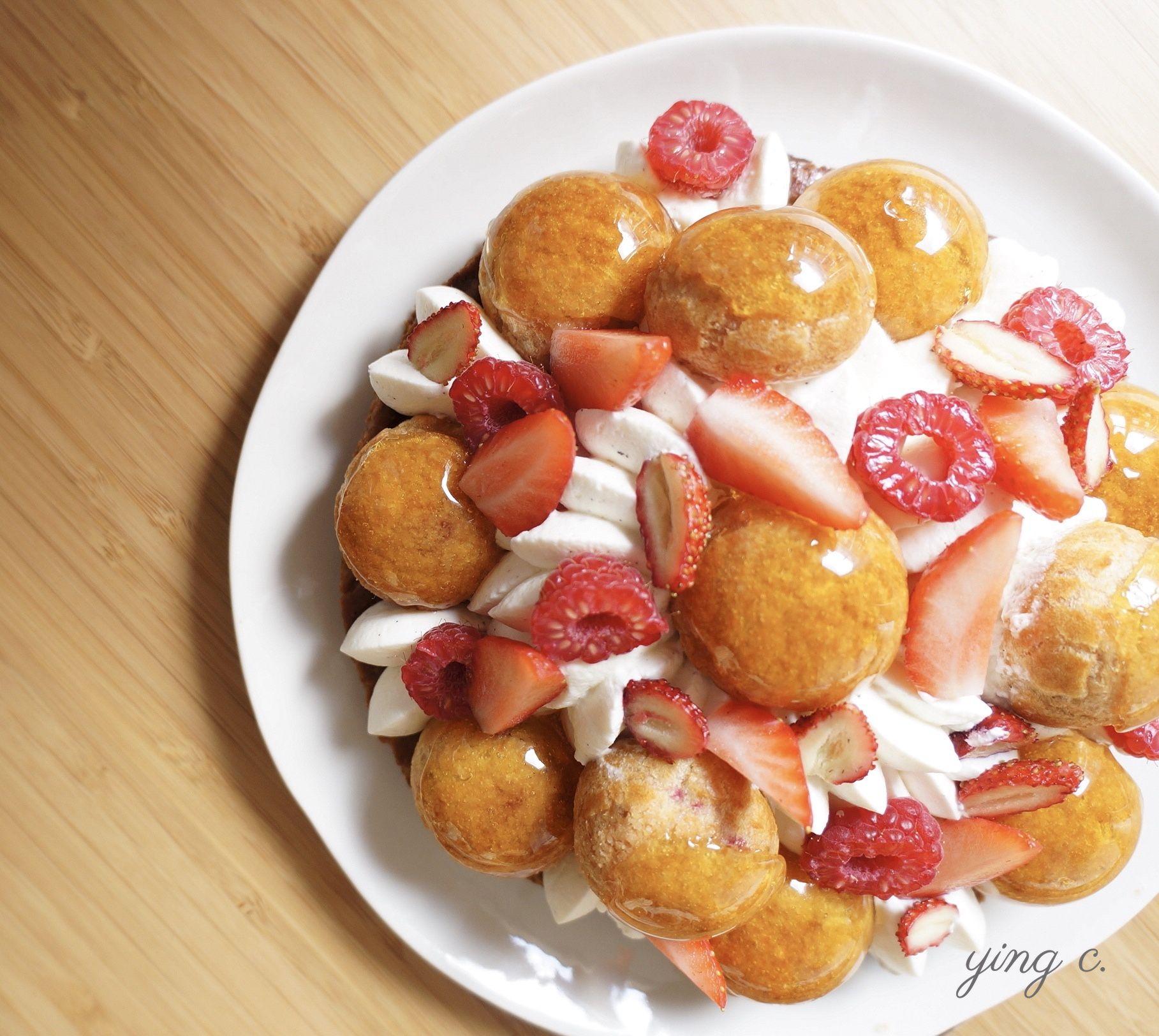 紅莓果薄荷聖多諾黑泡芙,蕎麥千層派皮、薄荷奶餡、紅莓果醬加上香草香緹鮮奶油,是完美的夏日之選。