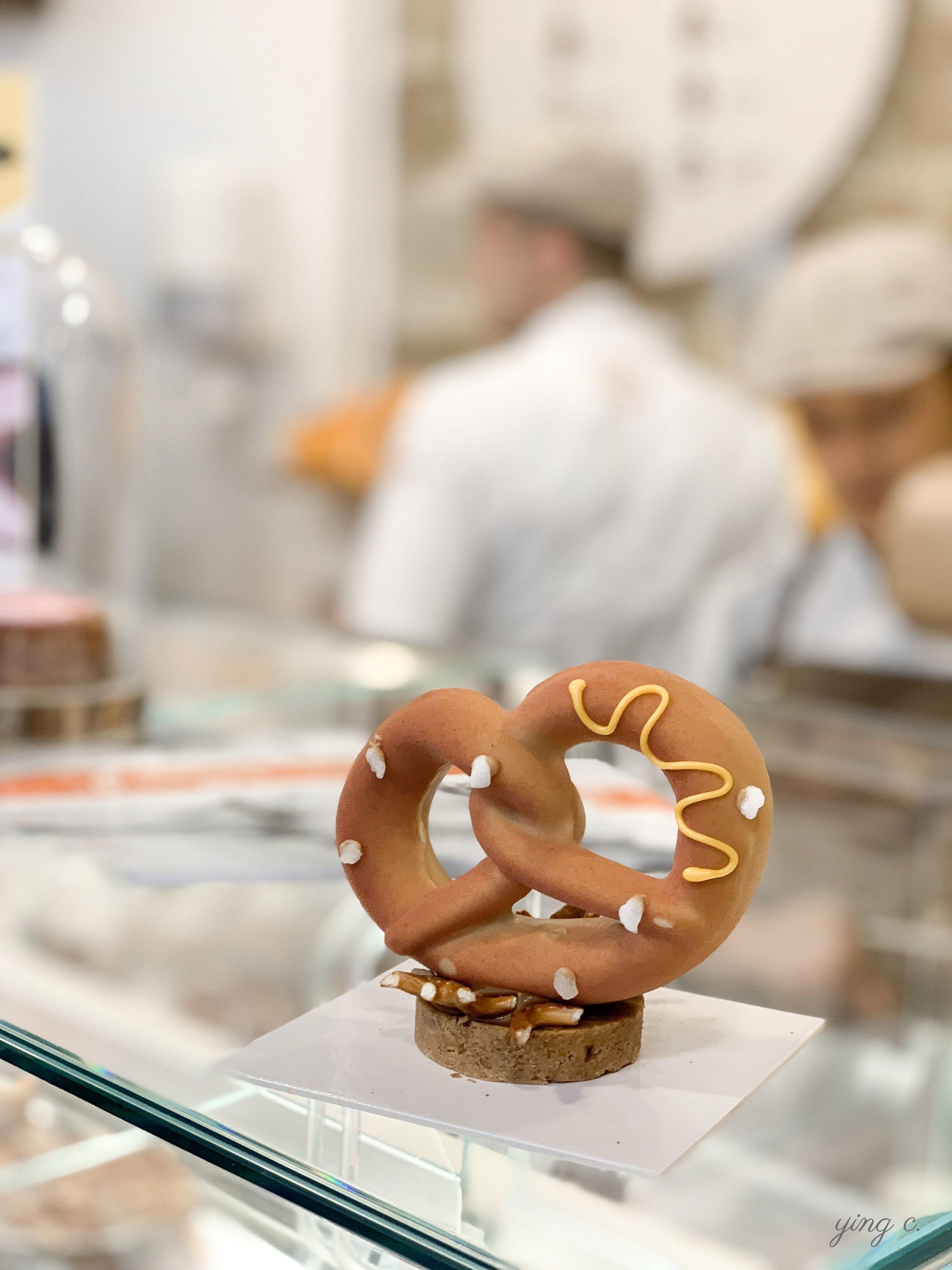 Dominique Ansel 主廚為本次客座活動特別設計的 「Pretzel」德國紐結餅慕斯蛋糕 。