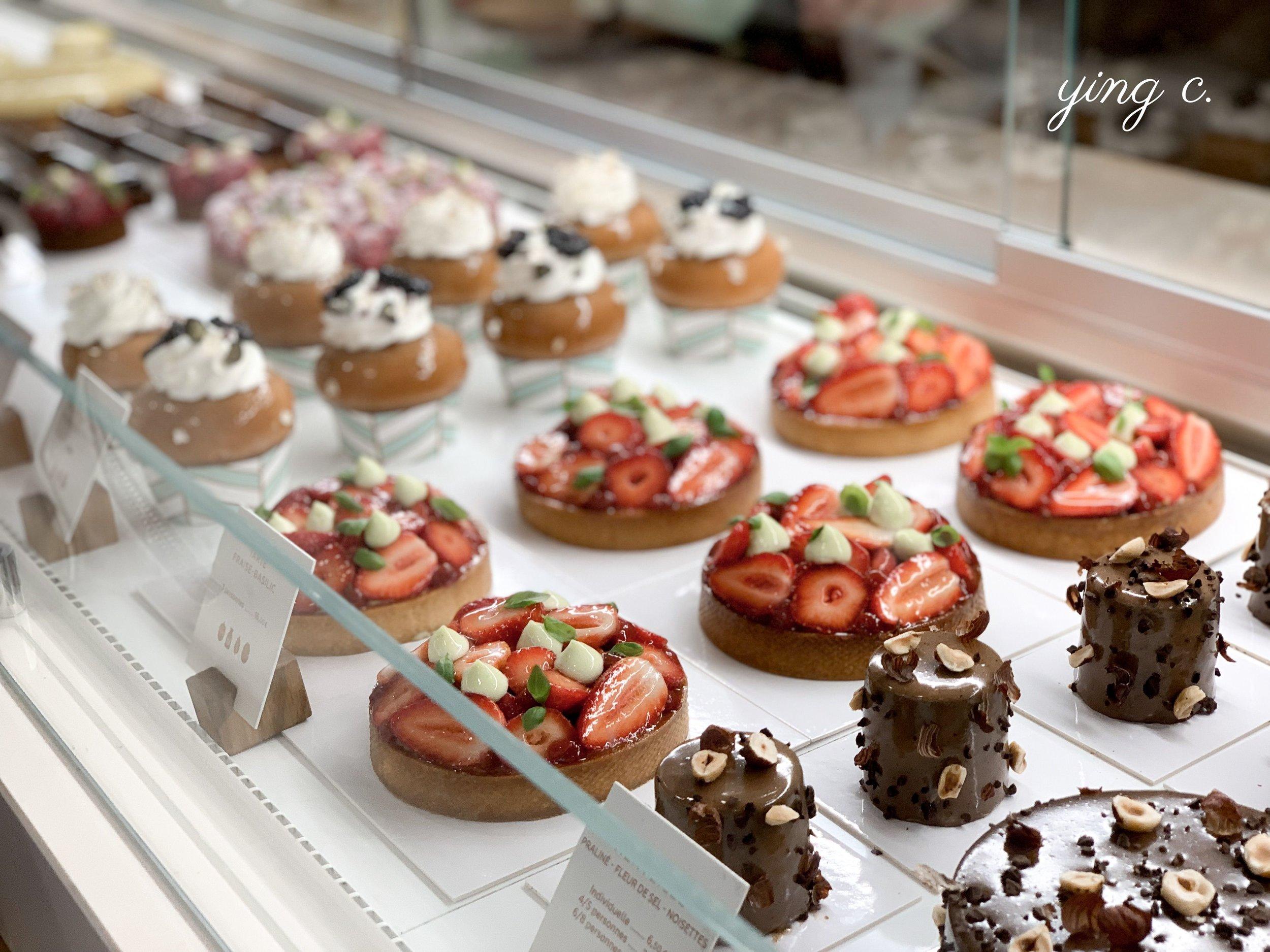 Yann 的甜點店櫥窗內滿是天然無色素、精緻美麗的甜點,他本人卻謙稱「我的甜點沒那麼 Instagrammable 」。