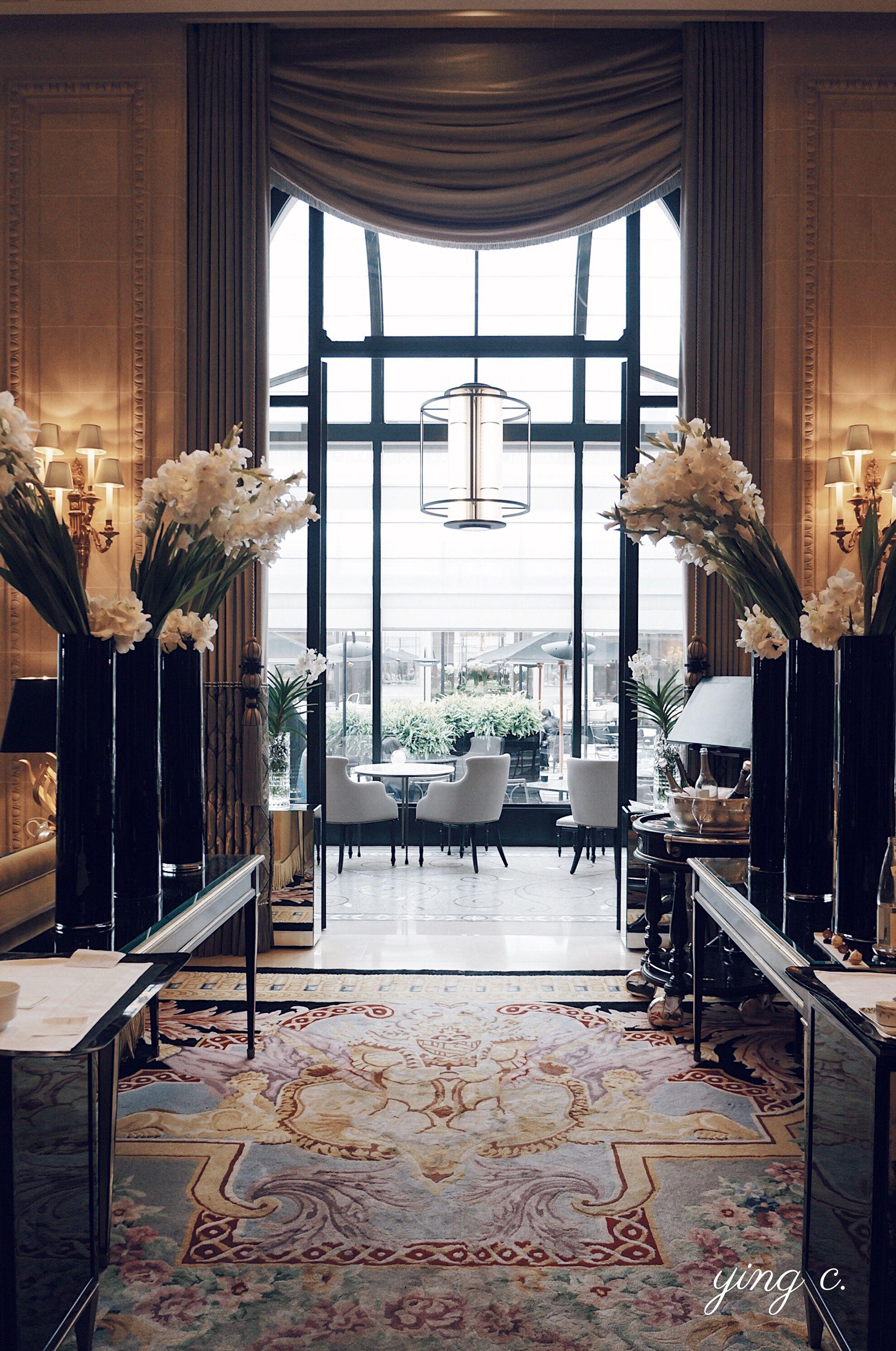 George V 飯店內 l'Orangerie 餐廳的入口。
