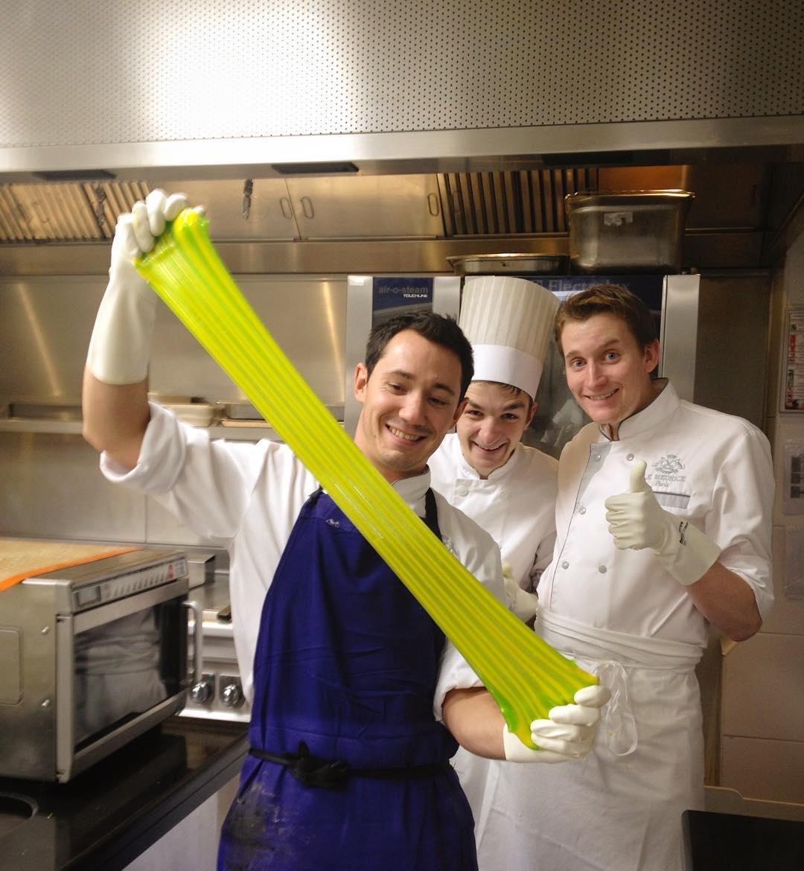 Cédric Grolet 主廚與 Maxime 兩人剛剛在 Le Meurice 開始工作不久時的留影。Maxime 左邊的甜點師 Matthieu Lobry 後來到 Hôtel Prince de Galles 成為  Yann Couvreur  主廚倚重的左右手,並協助後者開店,現在在 George V 擔任 Maxime 的副主廚,負責下午茶與活動。(照片來源:Instagram  @maxime.frederic )