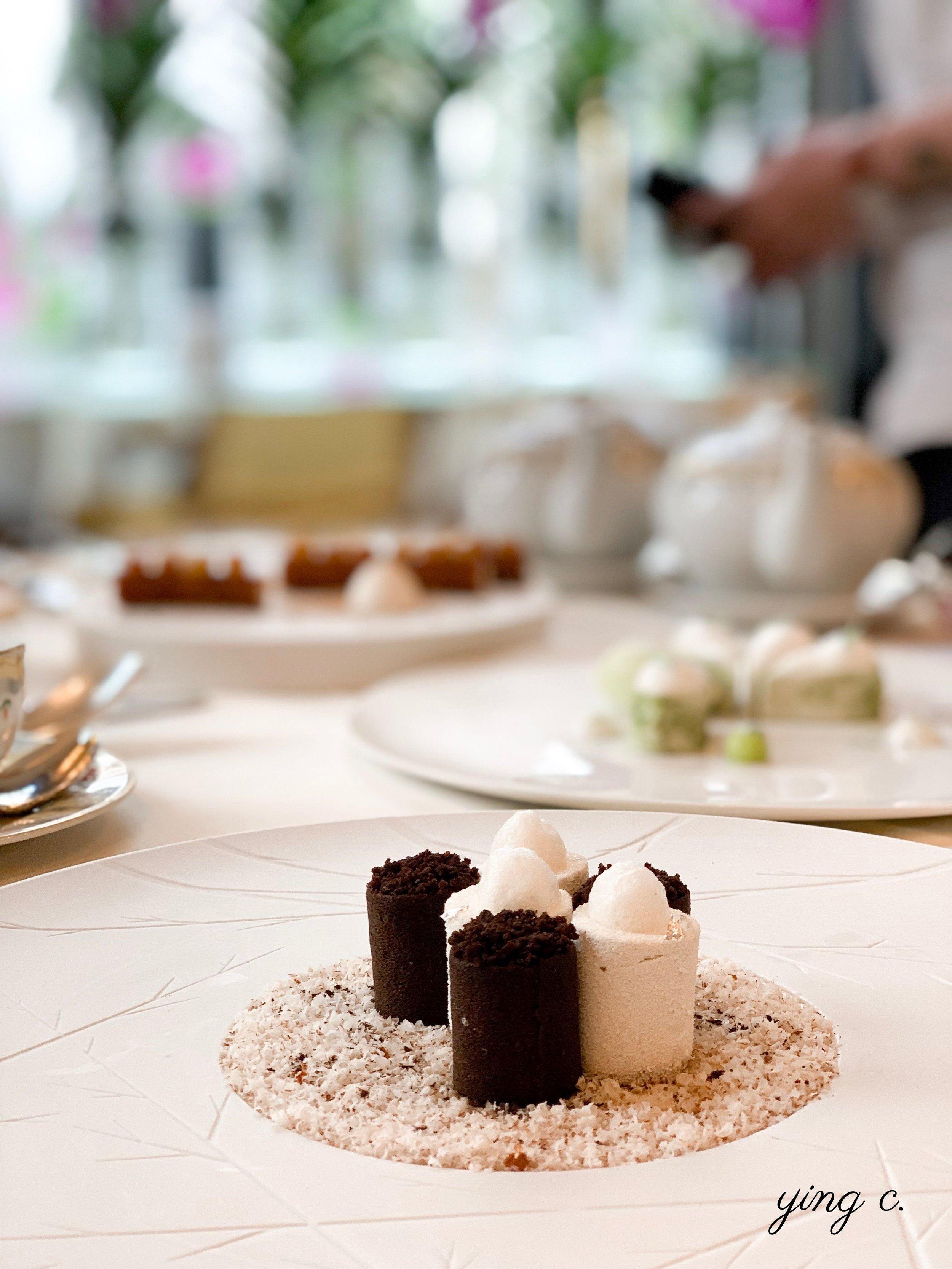 Maxime 為 l'Orangerie 設計的甜點「Croustillant de Vanille, Céréales Maltées」(酥脆大溪地香草、麥芽發酵穀物)。