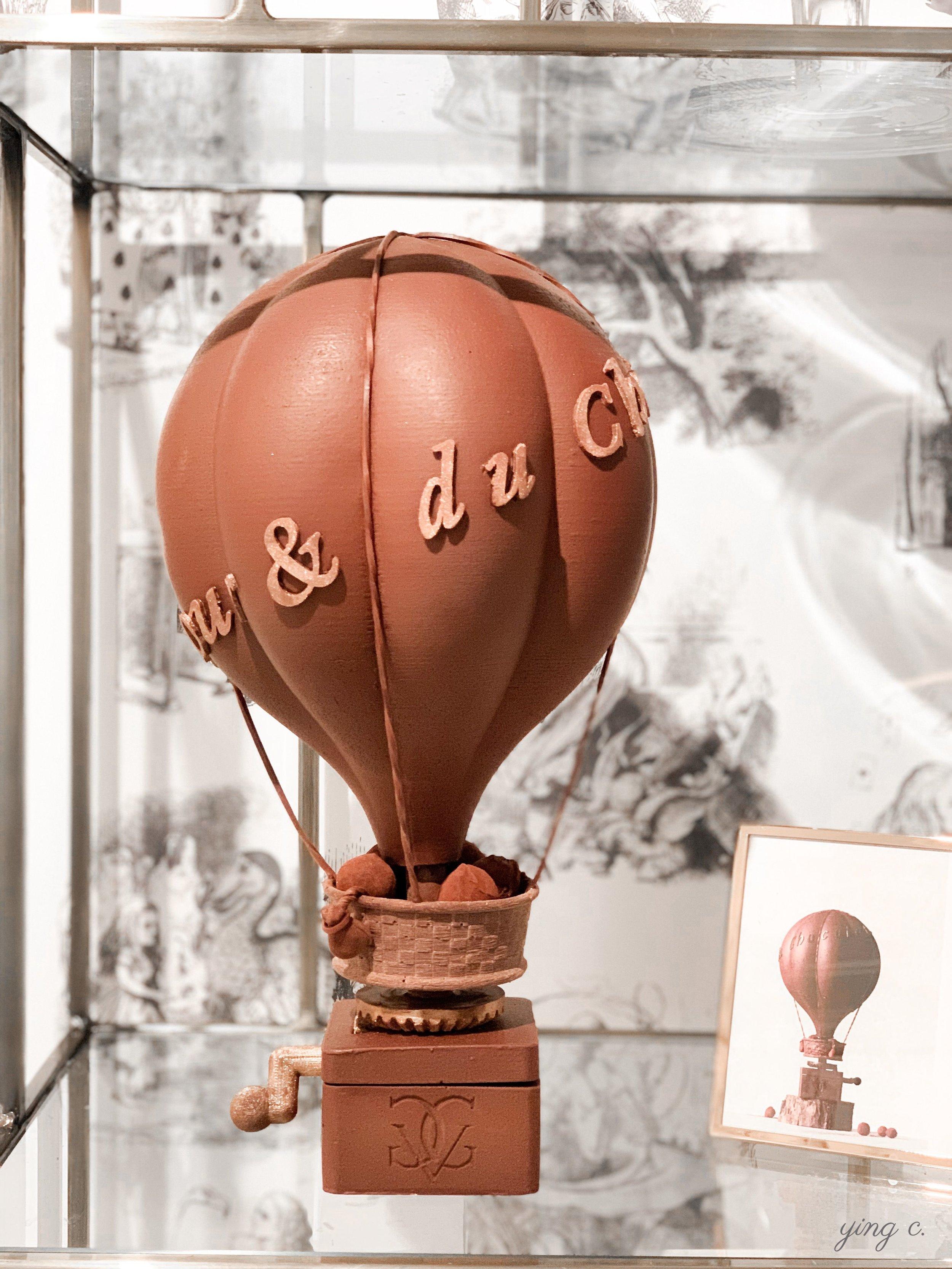 Maxime 為 2019 年復活節設計的巧克力熱氣球,轉動左手邊的手柄可以讓熱氣球旋轉,影片可 按此觀 賞。