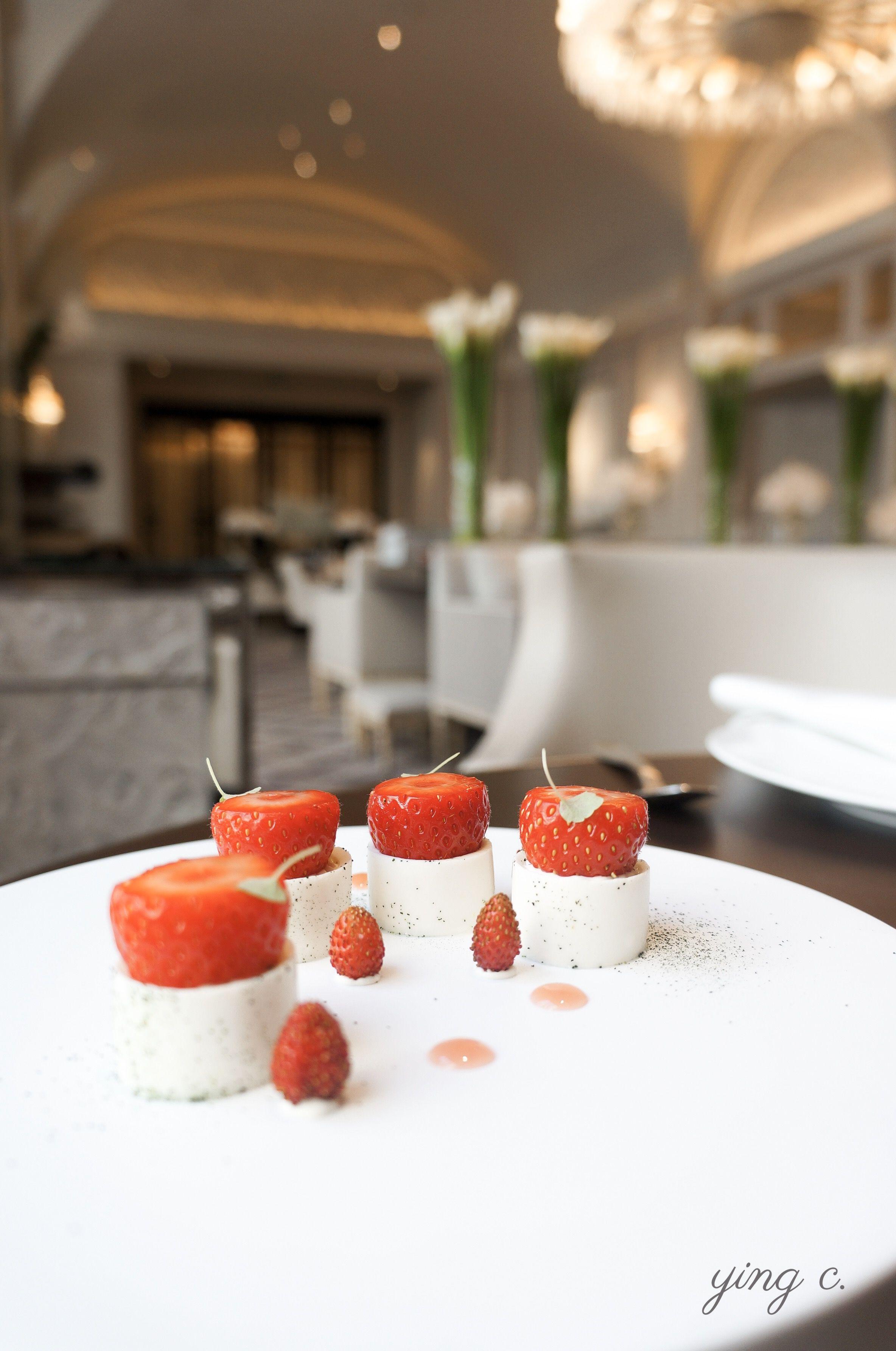 從側面看「Fraises tièdes et romarin」(微溫草莓、迷迭香)這道甜點,與俯瞰時的優雅不同,在盤中排排站好的草莓與野莓,充滿童話故事般的可愛魅力。