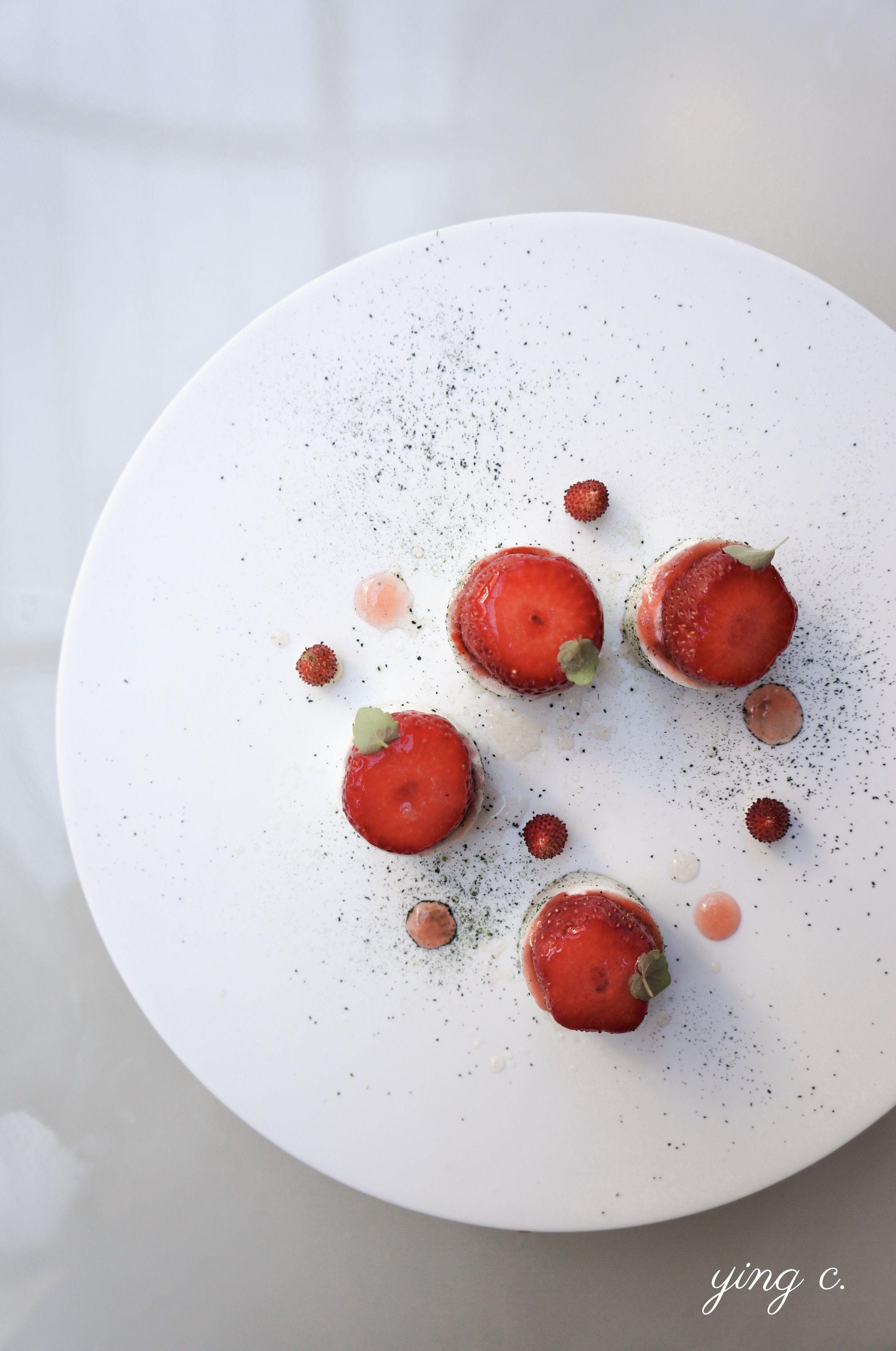 L'Orangerie 餐廳的 2019 夏季新甜點「Fraises tièdes et romarin」(微溫草莓、迷迭香)。從甜點的結構、擺盤方式等,都能看出經過縝密思考與設計。