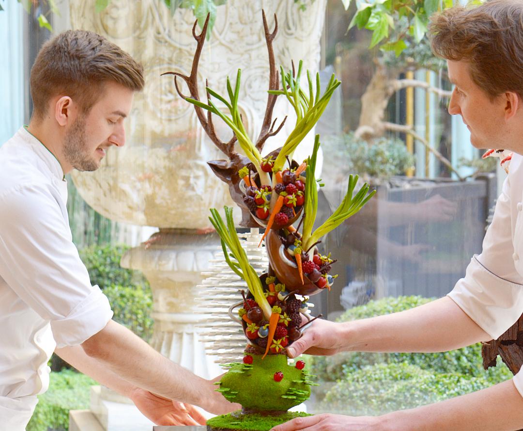 與團隊一起完成的大型巧克力雕塑「 l'Été 」(夏)。左邊是 Maxime 另外一位副主廚  Martin Jarroux ,負責下午茶與飯店特殊活動。(照片來源:Instagram| @maxime.frederic )