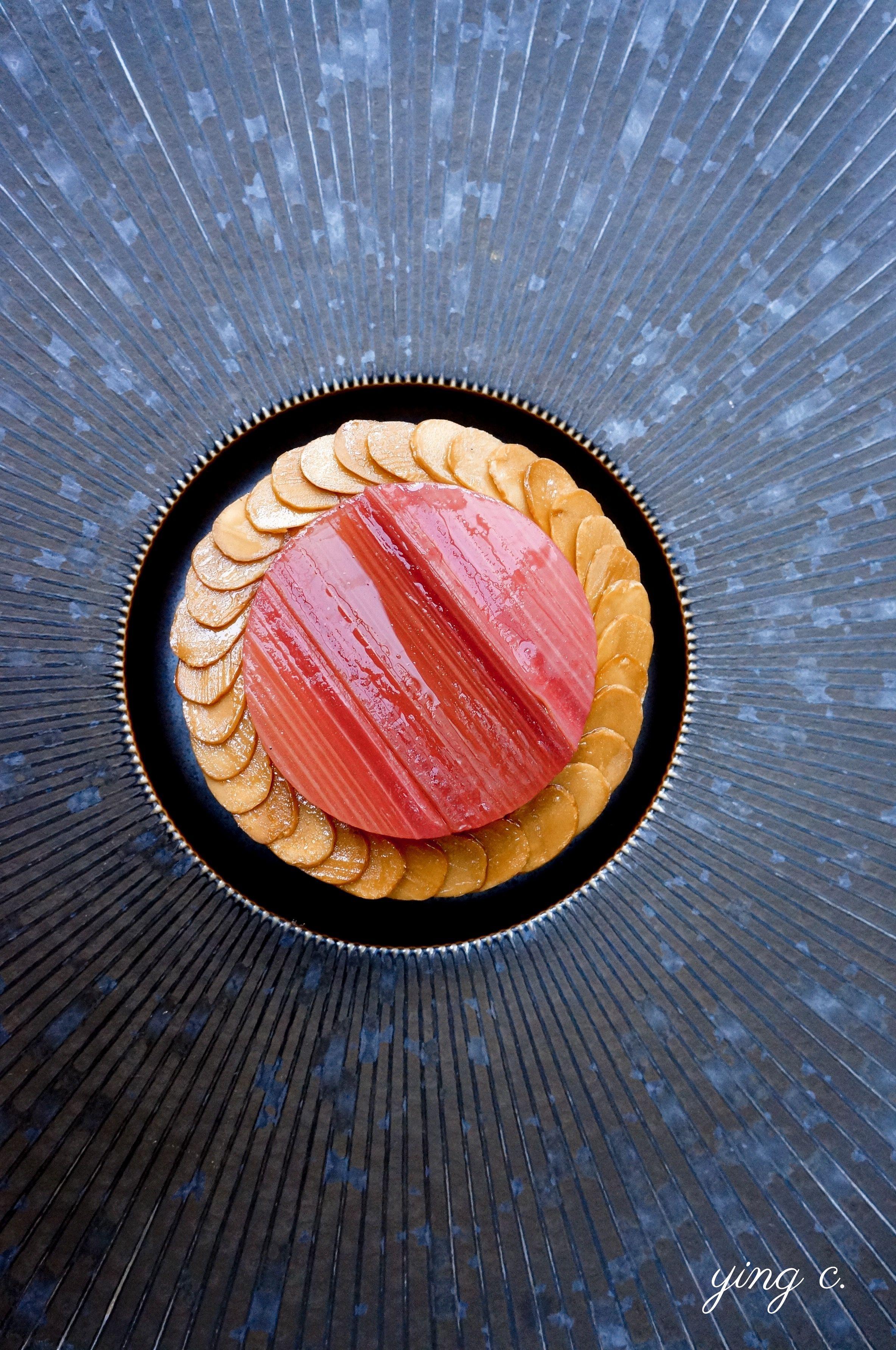 以極薄的杏仁片圍繞一圈做裝飾的大黃塔,上桌前還需要用橄欖油輕刷表面添加亮澤度。
