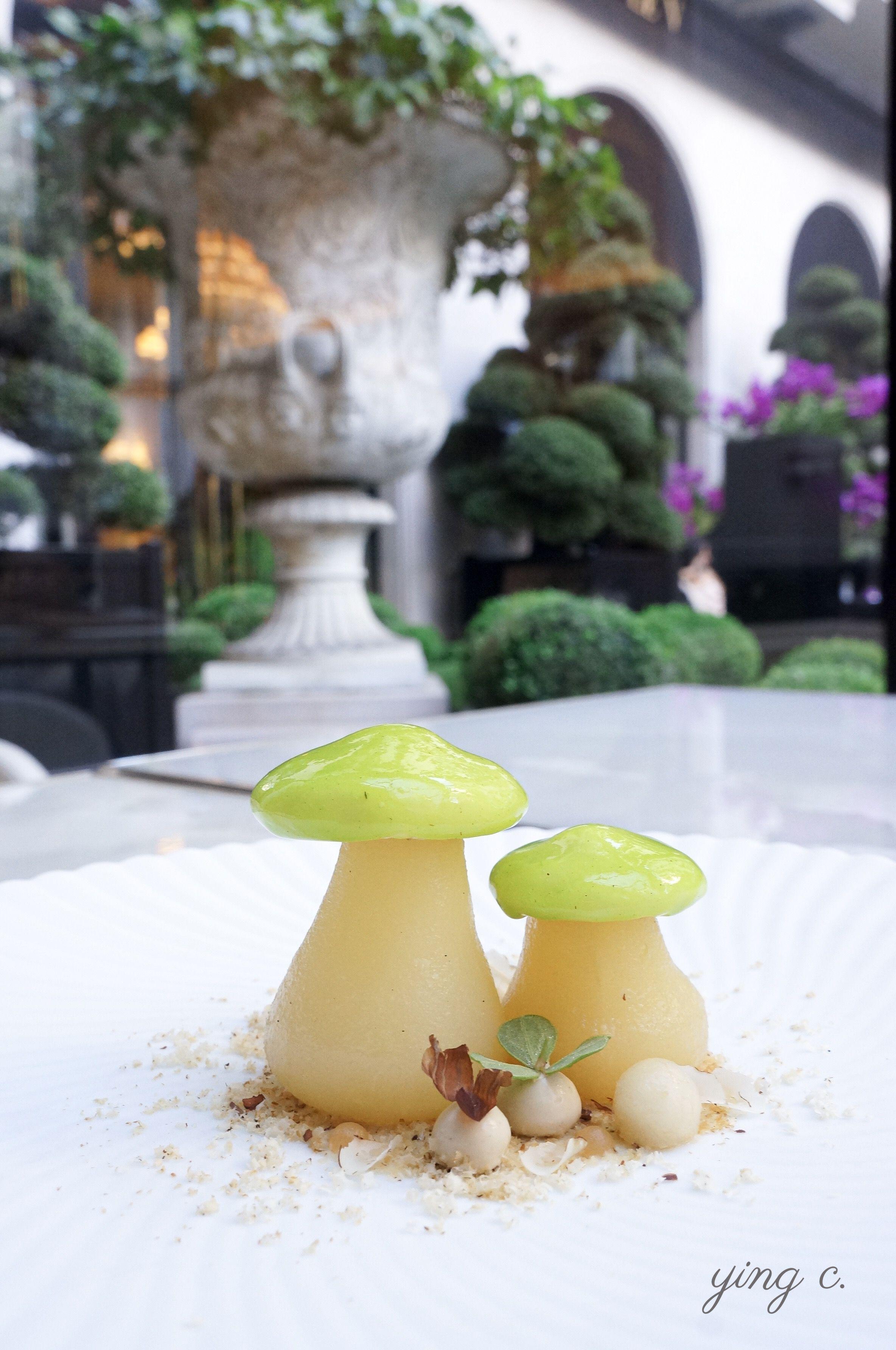 以西洋梨與白松露製作的盤式甜點,可愛蘑菇造型讓人仿若置身魔法森林。