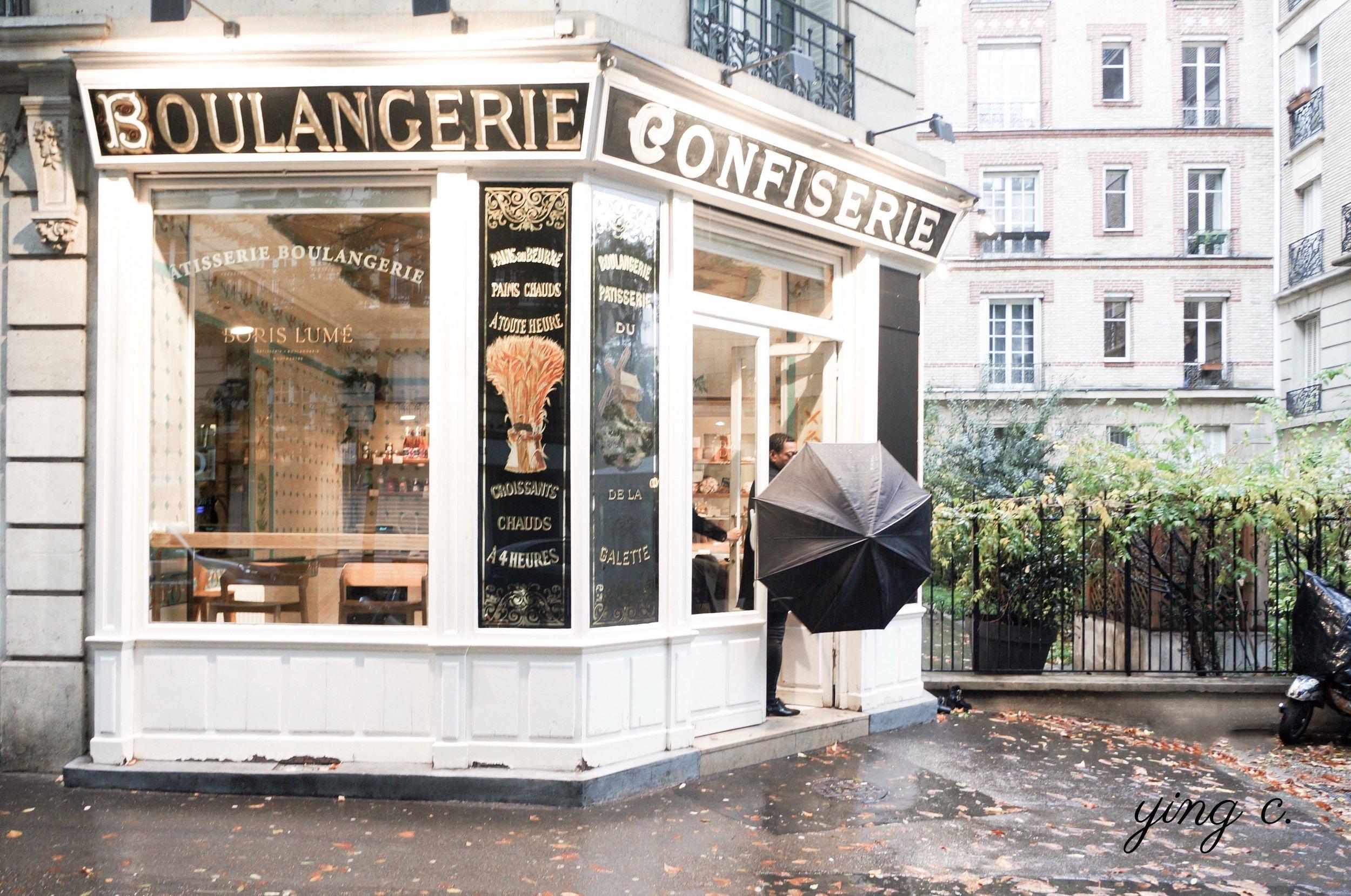 巴黎  Boris Lumé pâtisserie boulangerie ,店面外觀非常古典,是 20 世紀初期的新藝術風格(art nouveau)。門楣上用燙金字體寫著「BOULANGERIE」、「CONFISERIE [1] 」,玻璃窗上則有「PÂTISSERIE BOULANGERIE」的字樣。