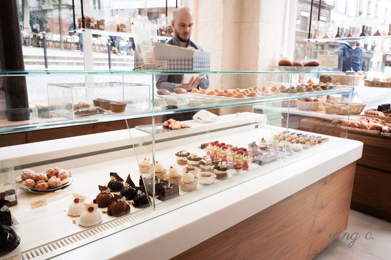 位於蒙馬特的  Gilles Marchal  甜點店,甜點櫃內有新鮮甜點、上方是剛出爐的瑪德蓮;右手邊還有維也納麵包類,後方則是各種小點心。