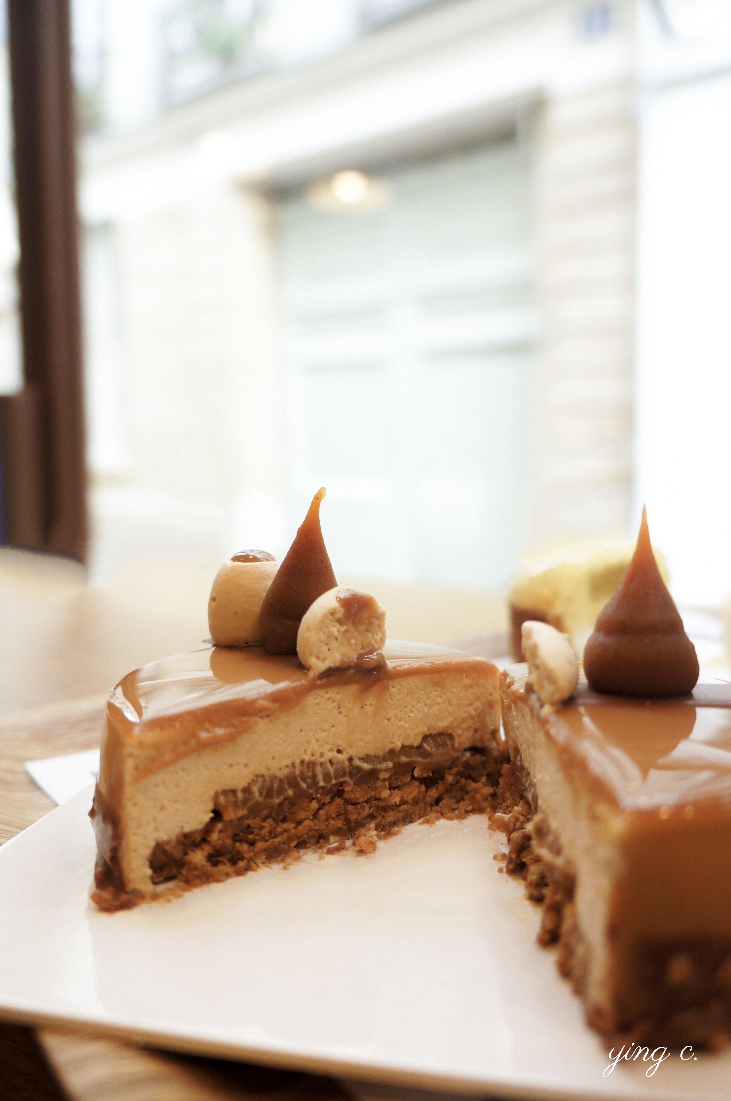 「100% Caramel」法式蛋糕斷面。一切開來就可以很清楚地看見同樣是由「 法式海綿蛋糕+奶餡+ 淋面+ 裝飾 」的邏輯構成,和歌劇院蛋糕並無二致。