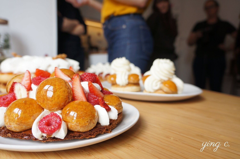 Yann Couvreur  主廚的「Saint-Honoré aux fruits rouges」(紅莓果聖多諾黑),是由千層派皮加上泡芙(中間填入奶餡、外層以焦糖裝飾)、香緹鮮奶油與新鮮紅莓果製作而成。