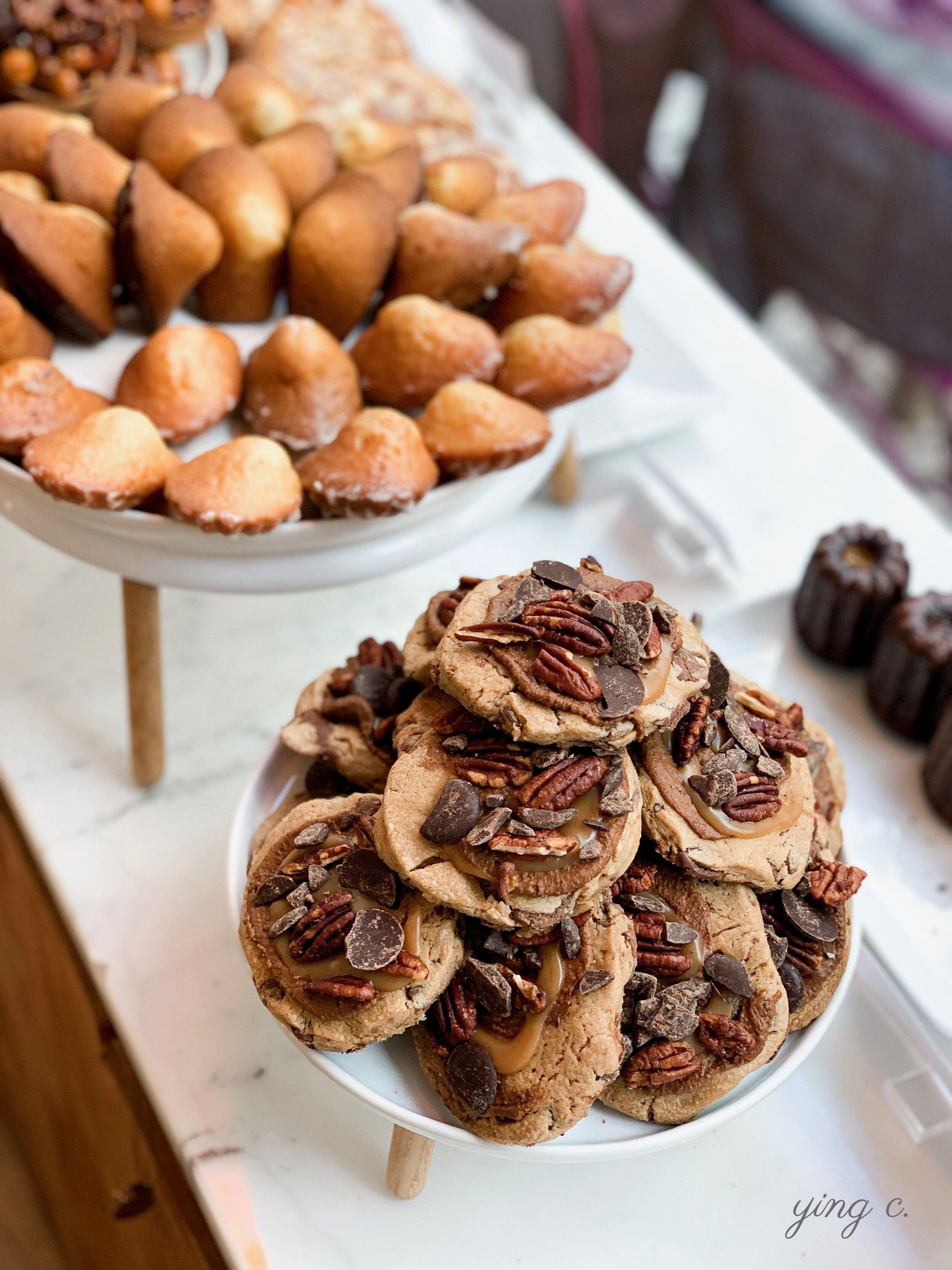 Karamel Paris  的「Cookie au Noix de Pécan」焦糖核桃餅乾,在餅乾麵糰上另外加上焦糖醬,並以巧克力片、核桃做為裝飾,徹底貫徹了法式甜點的精神,和你熟悉的美式餅乾有微妙的不同。