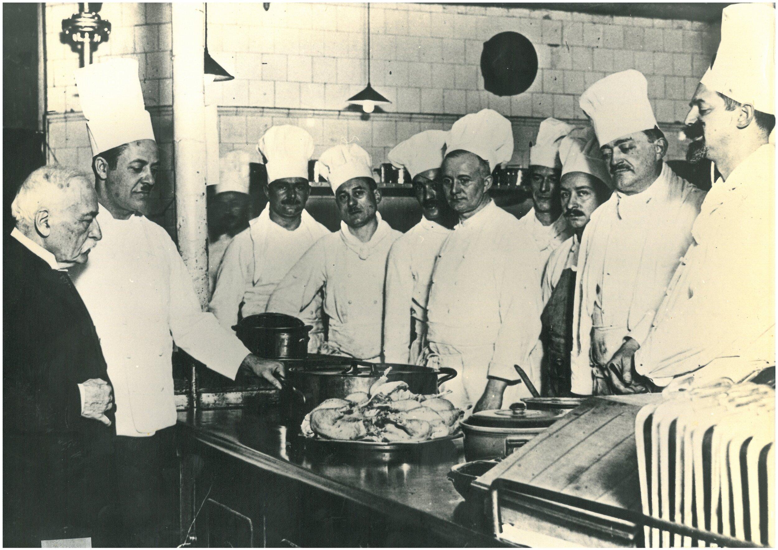 確立「brigade de cuisine」廚房編制系統的法國現代料理之父 Auguste Escoffier(左一)與他在 倫敦 Carlton 飯店 的廚房團隊。(圖片來源: Auguste Escoffier School of Culinary Arts Home Gourmet )
