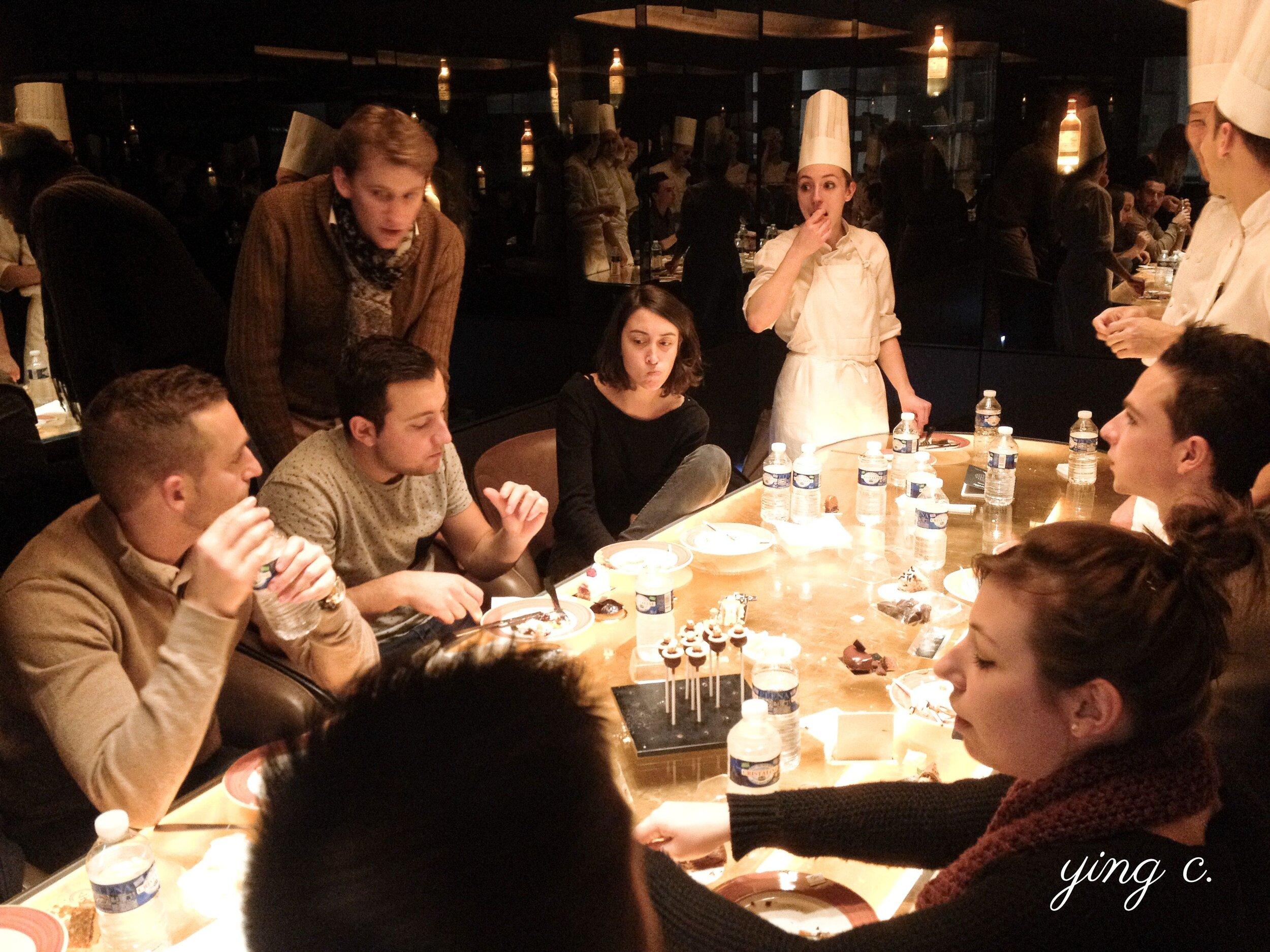 Le Meurice 甜點廚房不時會安排團隊間的意見交流與分享活動,圖中是 2014 年年底某次甜點試吃活動,主題可能是巧克力甜點。團隊成員從巴黎各大甜點店與飯店搜集來不同的作品並一起試吃、討論。圖中還有當時擔任甜點廚房副主廚的  Maxime Frédéric  主廚。