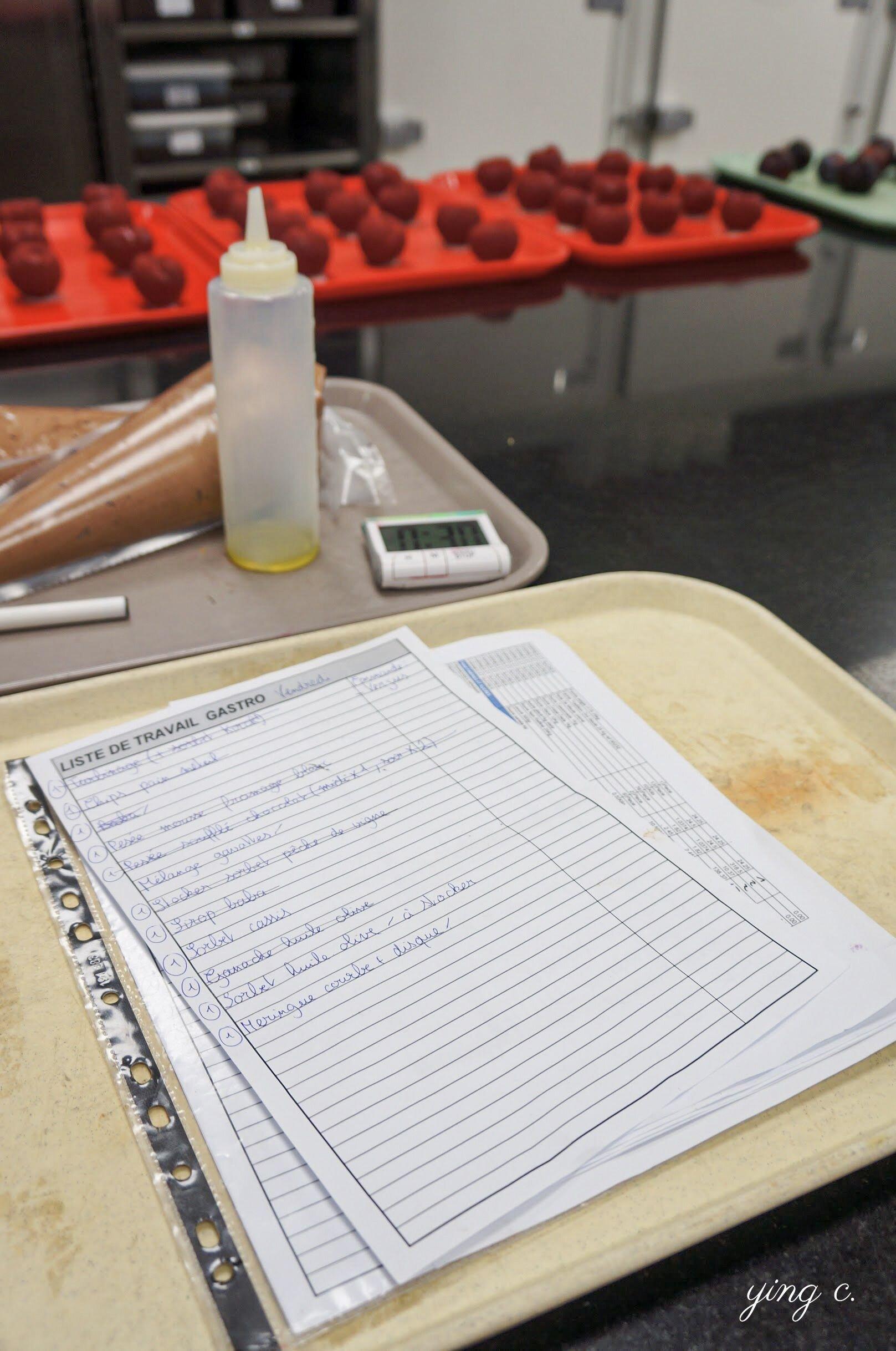 Le Meurice 甜點廚房中,會由小組長與副小組長記下每天需要完成的工作任務、並確保一一完成。照片中便是「gastro」小組當日的工作清單。