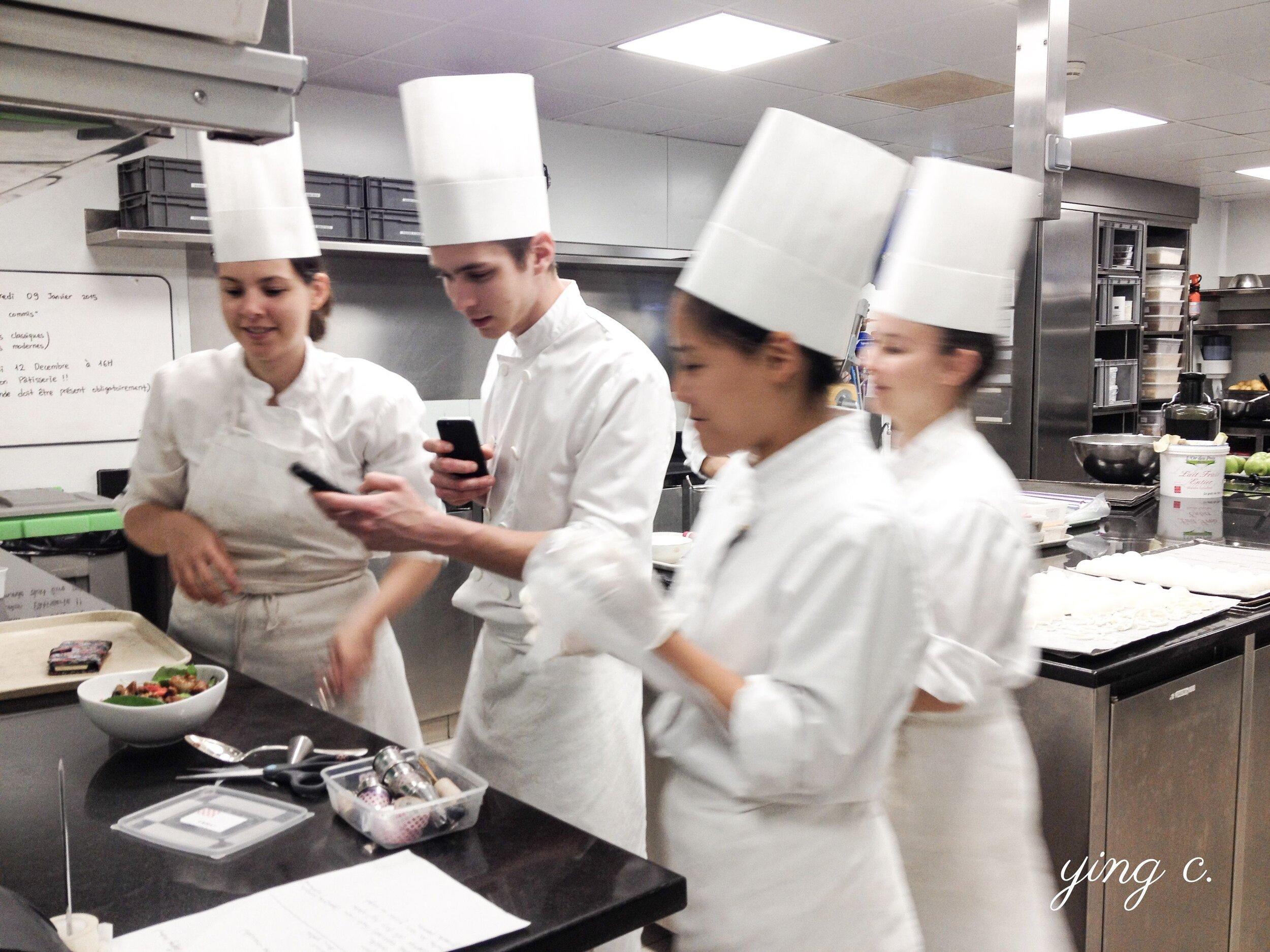 Le Meurice 甜點廚房的團隊成員午餐時間。照片中是當時「Dali」小組的成員,包含小組長  Eunji (右前,現在已是紐約  Jungsik  餐廳的甜點主廚)、副小組長 Louise、甜點師 Quentin、實習生 Adrianna。