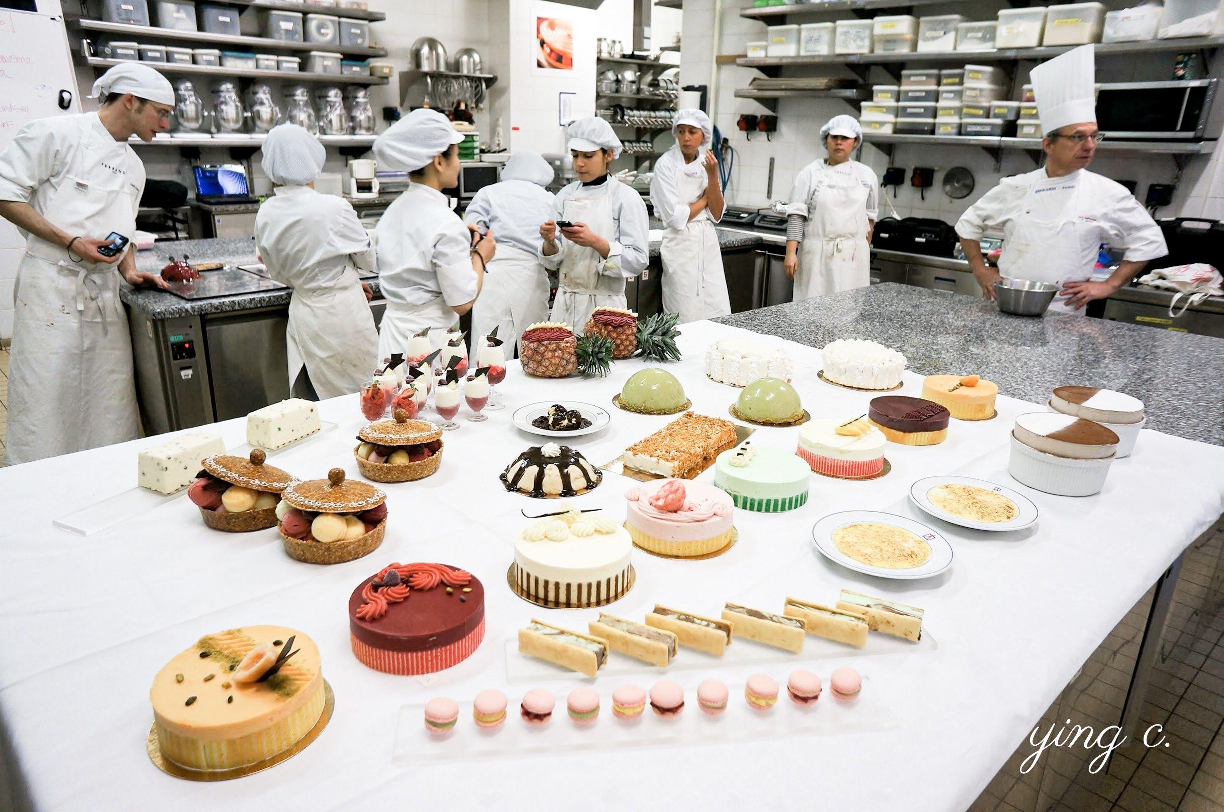我在  Ferrandi 法式甜點國際密集班 上課時,每週以法式甜點的不同類別為主題教學與實作。圖中是上到「glaces」冰品時,週五把本週所有的作品擺出來讓大家拍照。