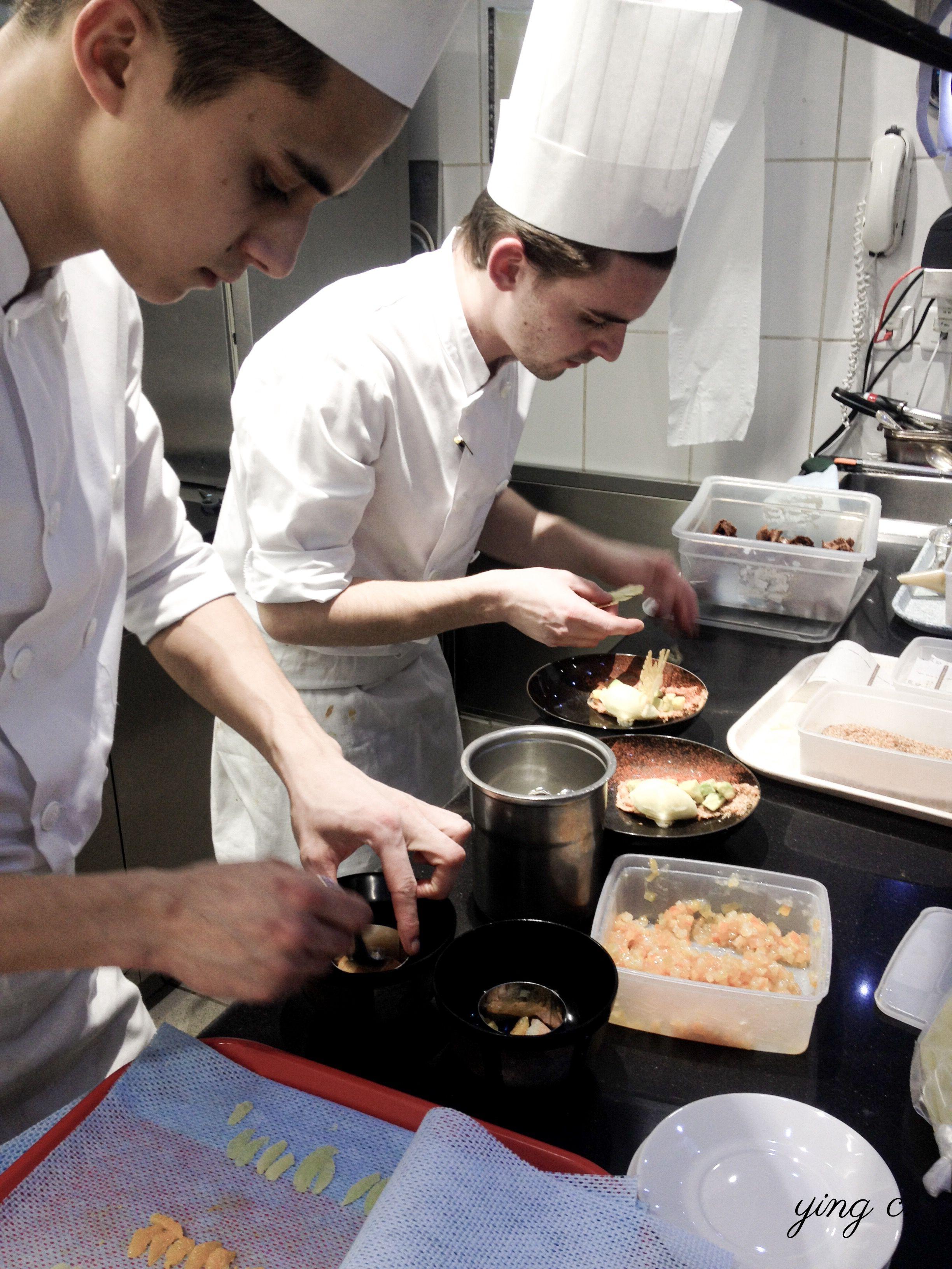 我在  Le Meurice  實習的時候,大部分時間都在「tour」和「Dali」小組,所以在即將結束實習時,當時的副主廚  Maxime Frédéric  特別幫我安排一個晚上去負責  Le Meurice Alain Ducasse  餐廳的「gastro」小組見習,看他們在晚餐期間如何出餐服務。照片中的兩位甜點人,右邊是當時 gastro 的小組長  Thibault ,現在是倫敦  Alain Ducasse at The Dorchester  餐廳的甜點主廚;左邊的  Ariitea  當時還是初階甜點師,現在則是 Le Meurice 的甜點副主廚,也是  Cédric Grolet  主廚團隊中的重要人物,將來會跟著後者一起去  Cédric Grolet Opéra  新店。