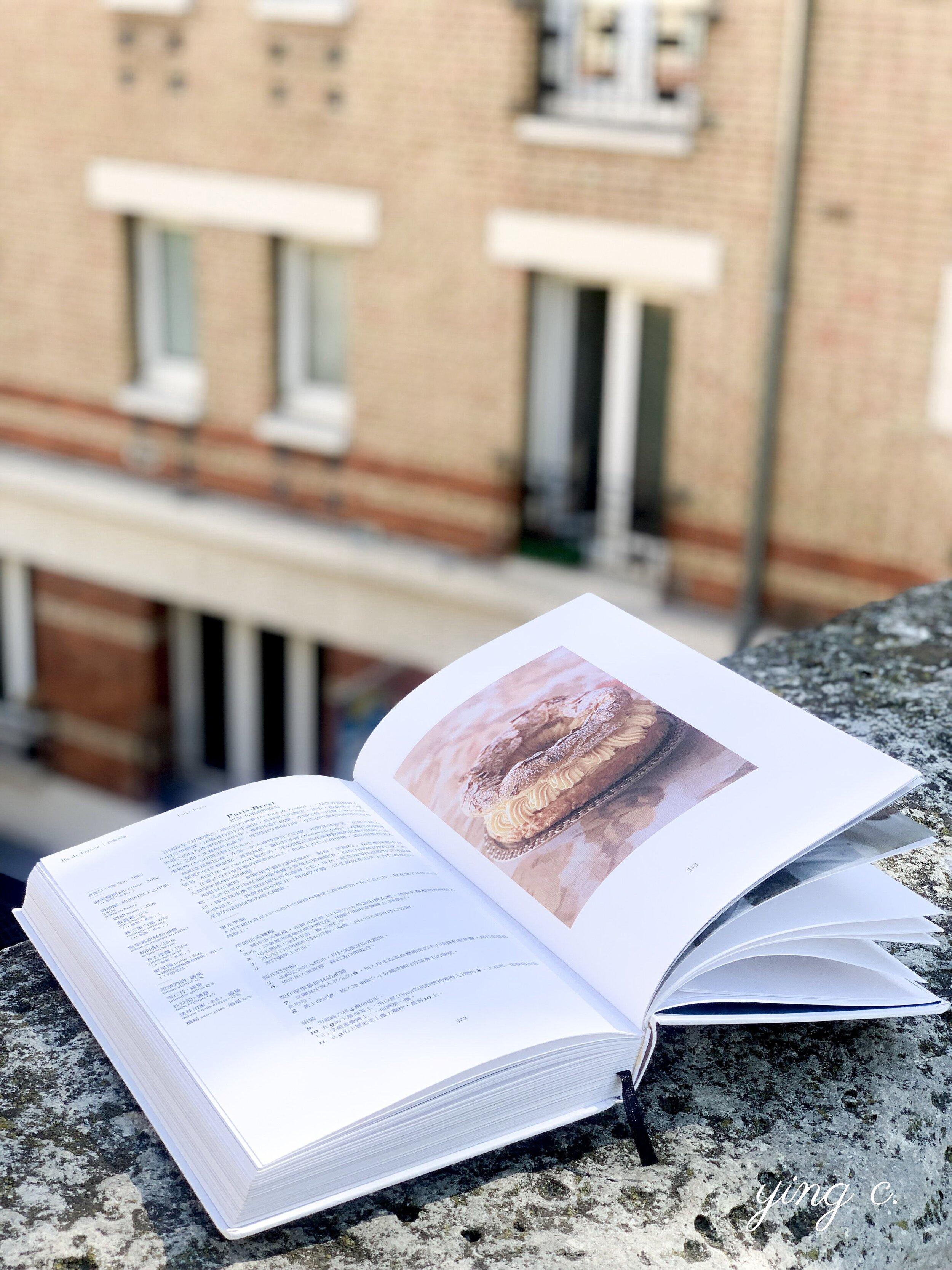 書中介紹法國各地的特色甜點,包括誕生在巴黎、擁有濃郁榛果風味的 巴黎・布列斯特泡芙(Paris-Brest)。]