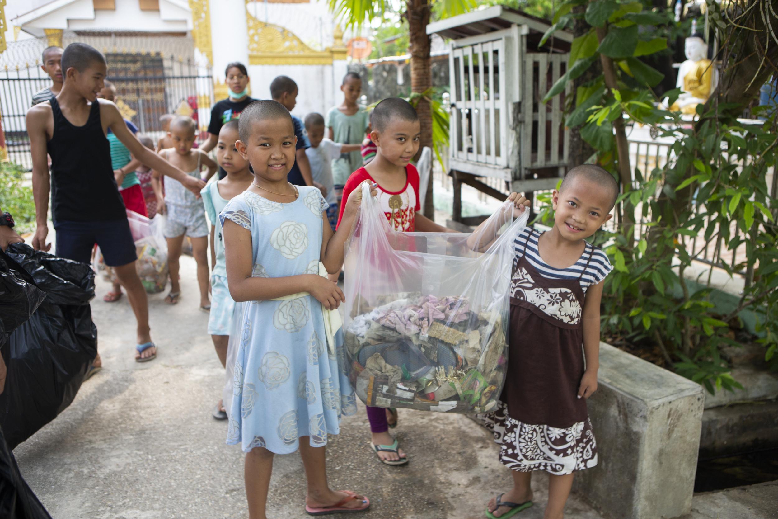 Collecte de déchets dans le quartier / Trash pickup in the neighbourhood